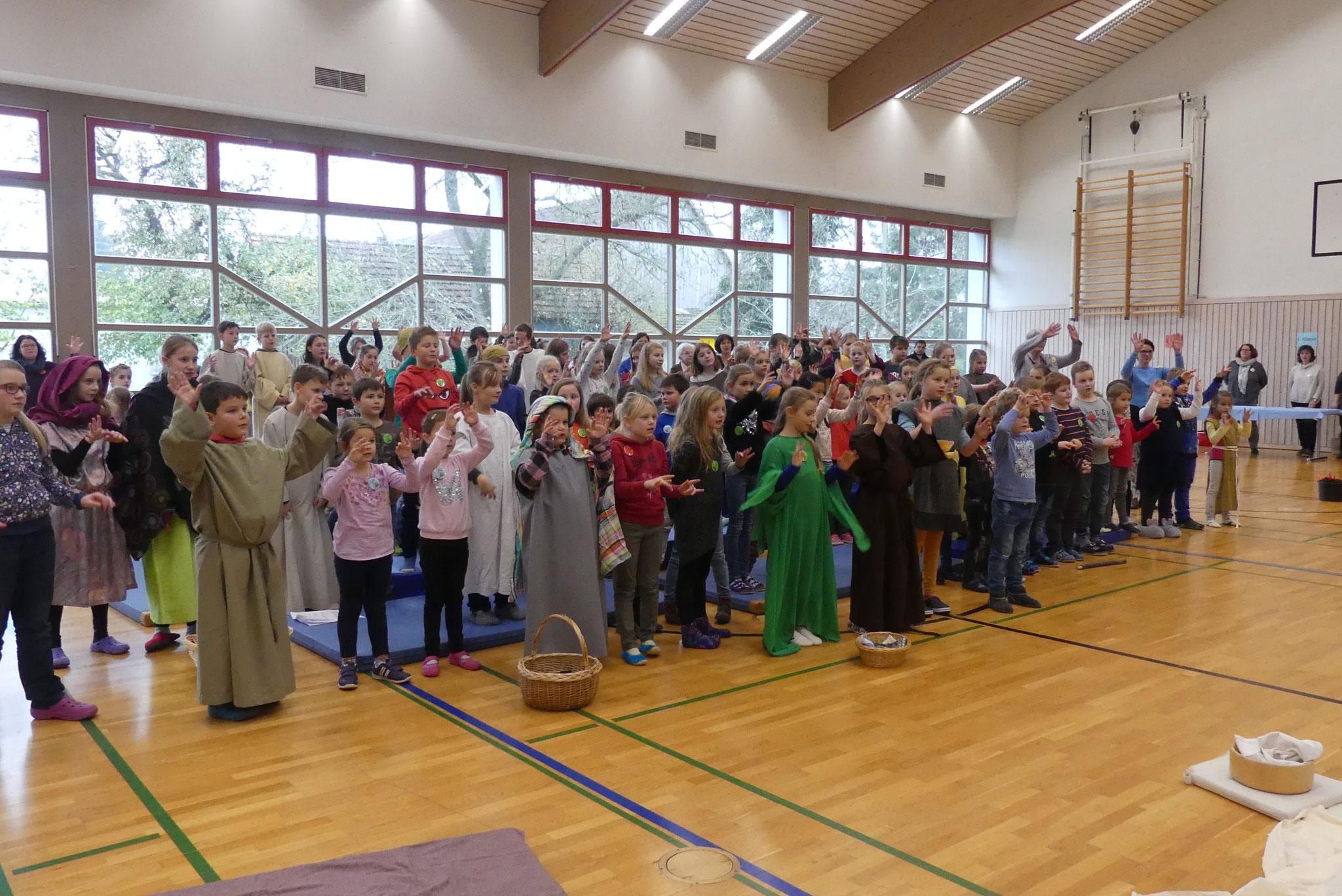 Begeistert sangen die Buben und Mädchen ihr Kinderbibeltagslied, begleitet von Silke Hirschbeck auf der Gitarre