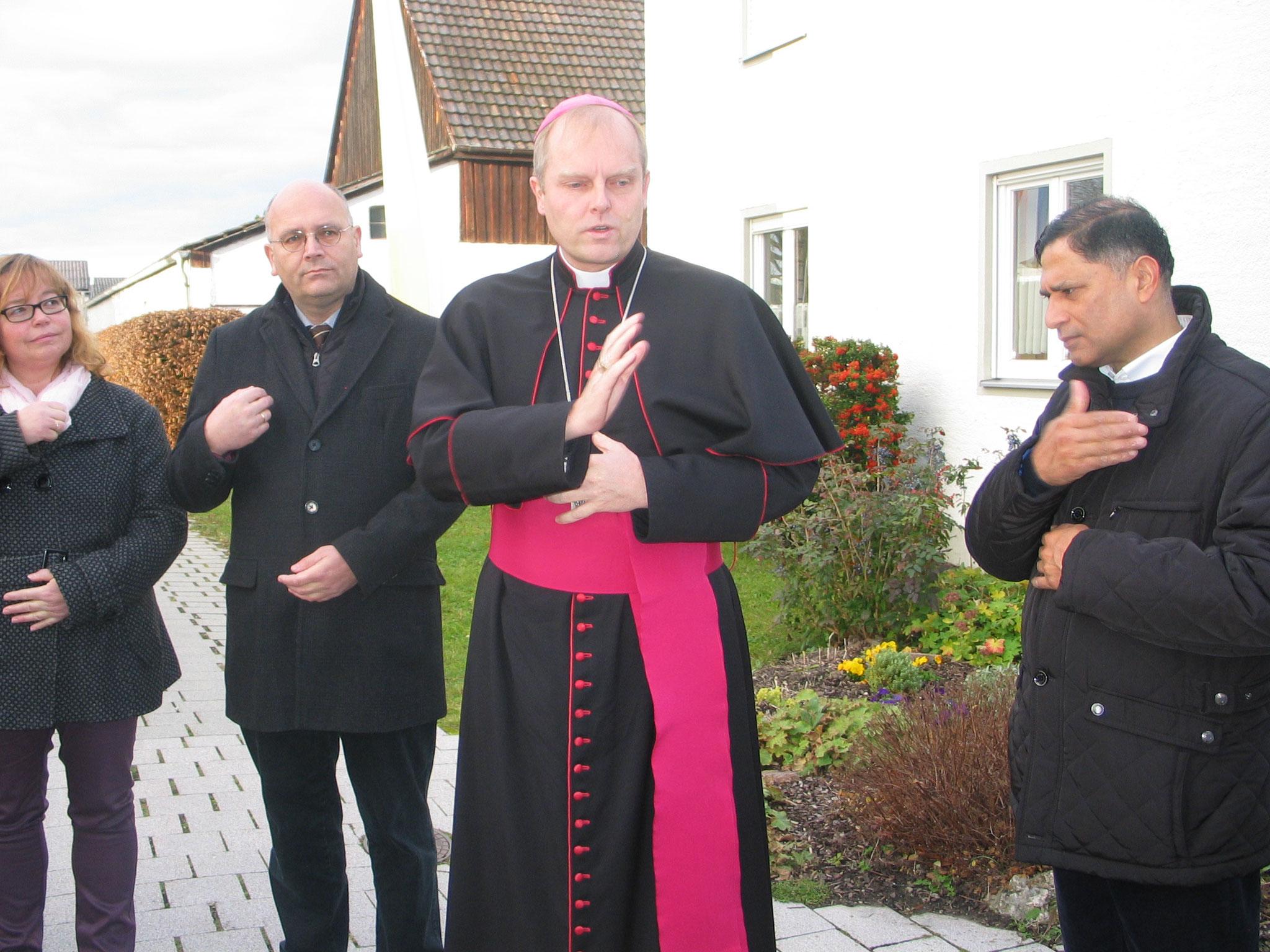 Weihbischof Florian Wörner segnete die Willkommensrunde auf dem Kirchplatz