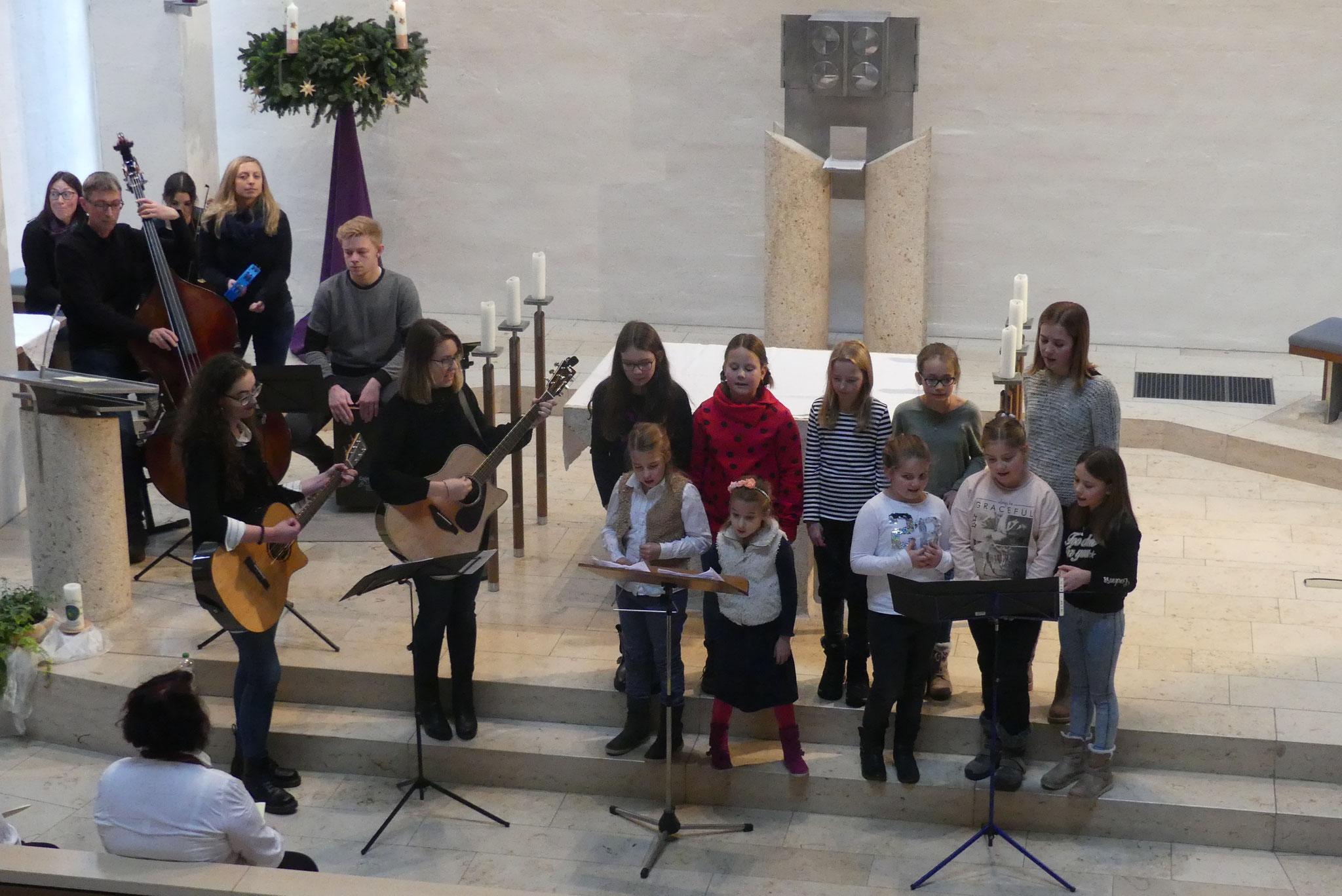 """Die Gruppe """"Generation"""" unter der Regie von Hubert Malik und die Singgruppe des Obst- und Gartenbauvereins erfreuten mit ihren Liedbeiträgen"""