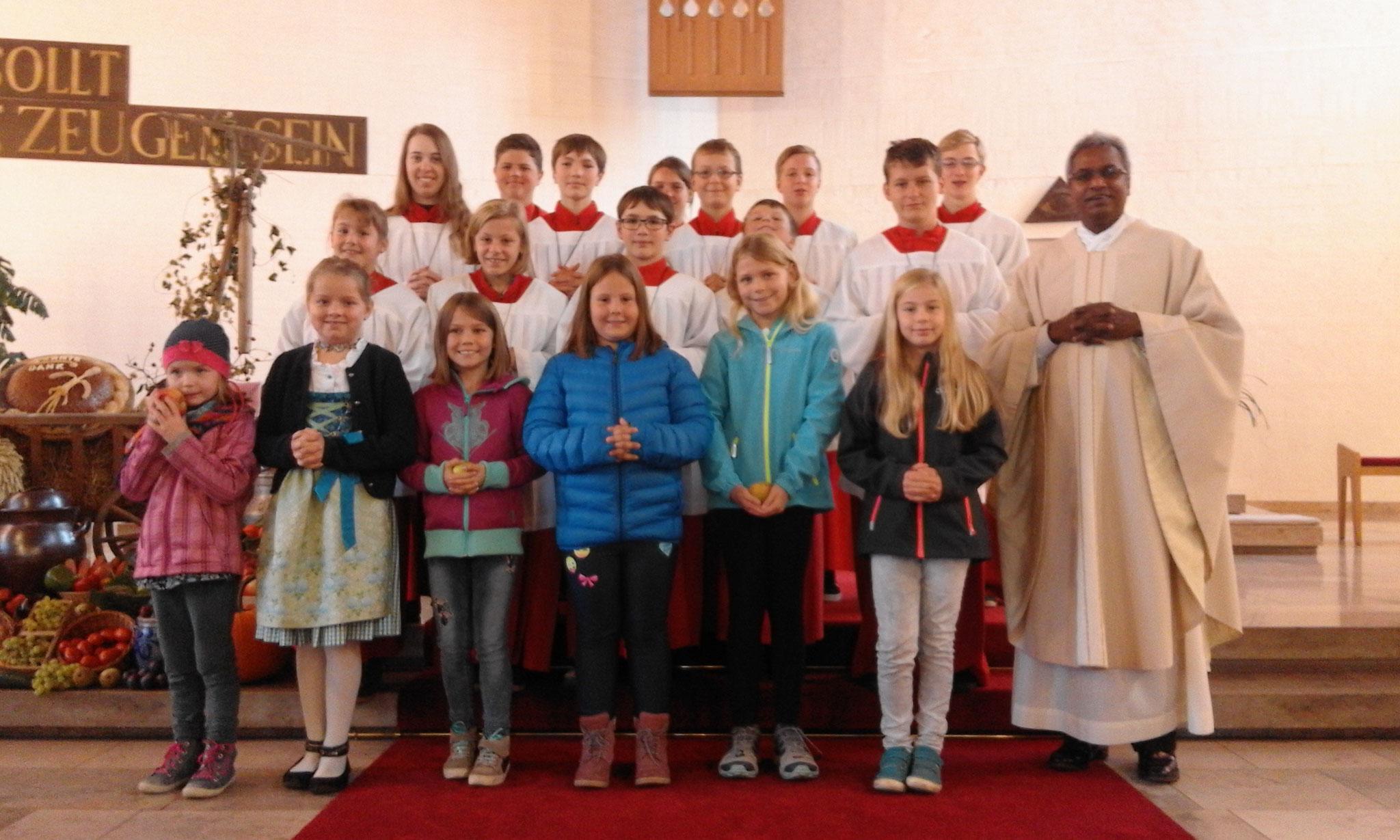 Im Familiengottesdienst wirkten diese Kinder und die Ministranten mit. Die Eucharistie feierte Kaplan Hrudaya. (Bild: Renate Grundgeir)