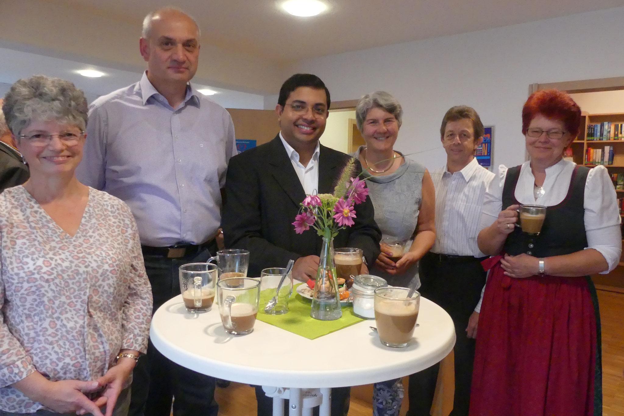 Nach der feierlichen Eucharistie zum Sonntag besuchte Kaplan Sanoj Joy Mundaplakkel das Kirchencafé. Er freute sich über die persönlichen Begegnungen und Gespräche mit den Gottesdienstbesuchern
