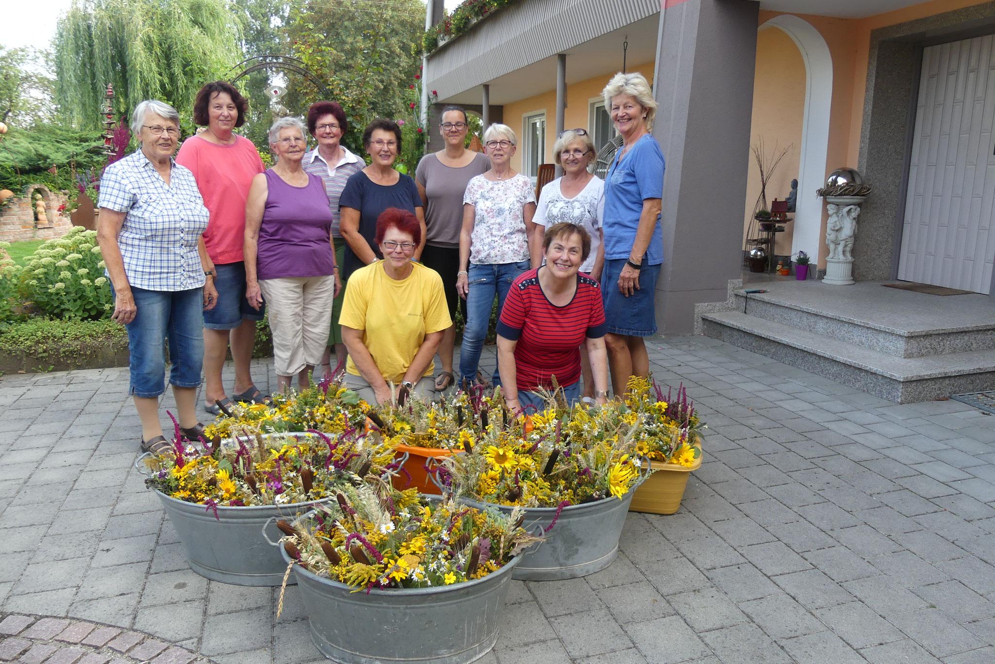 Die freiwilligen Helferinnen freuen sich nach dem Binden der Kräuterbuschen über die vielen bunten Sträuße zu Ehren Mariens