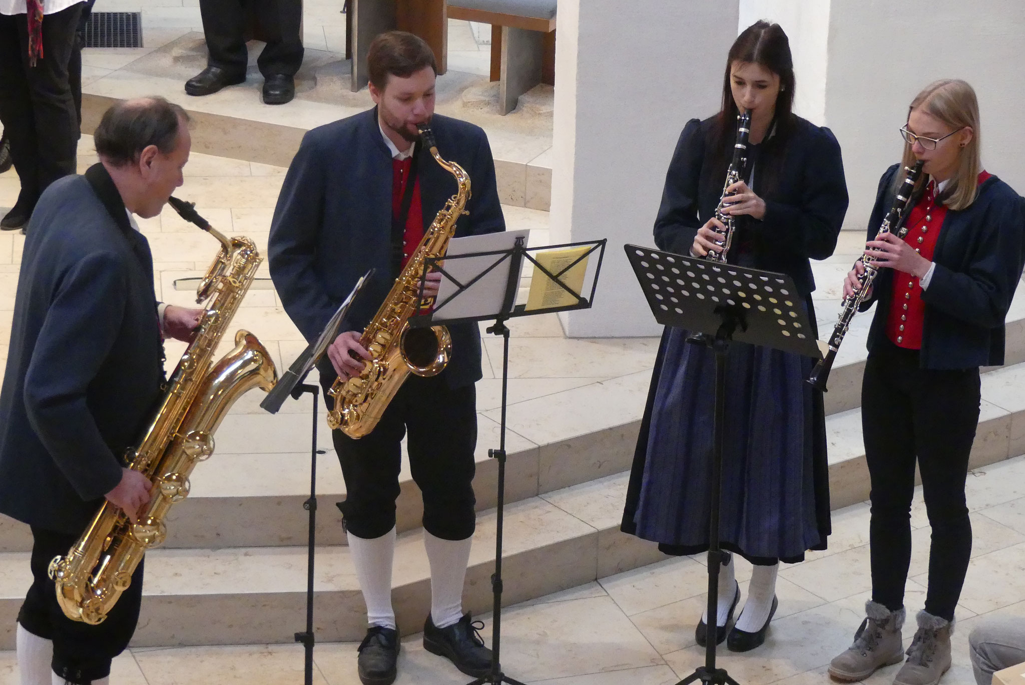 Das Quartett Reinhard und Simon Götzfried sowie Theresia Hirschbeck und Franziska Linse des Ellgauer Musikvereins spielte adventlichen Melodien beim Ellgauer Adventssingen