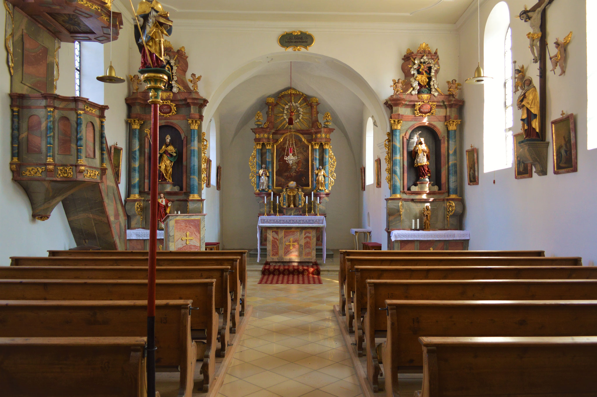 Mittelschiff und Altarraum des Altbaus