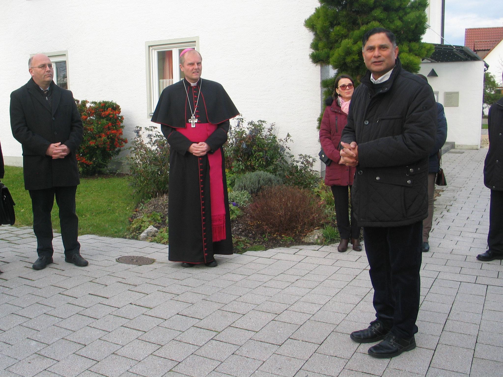 Pfarrer Norman hieß Weihbischof Florian Wörner auf dem Kirchplatz in Nordendorf willkommen