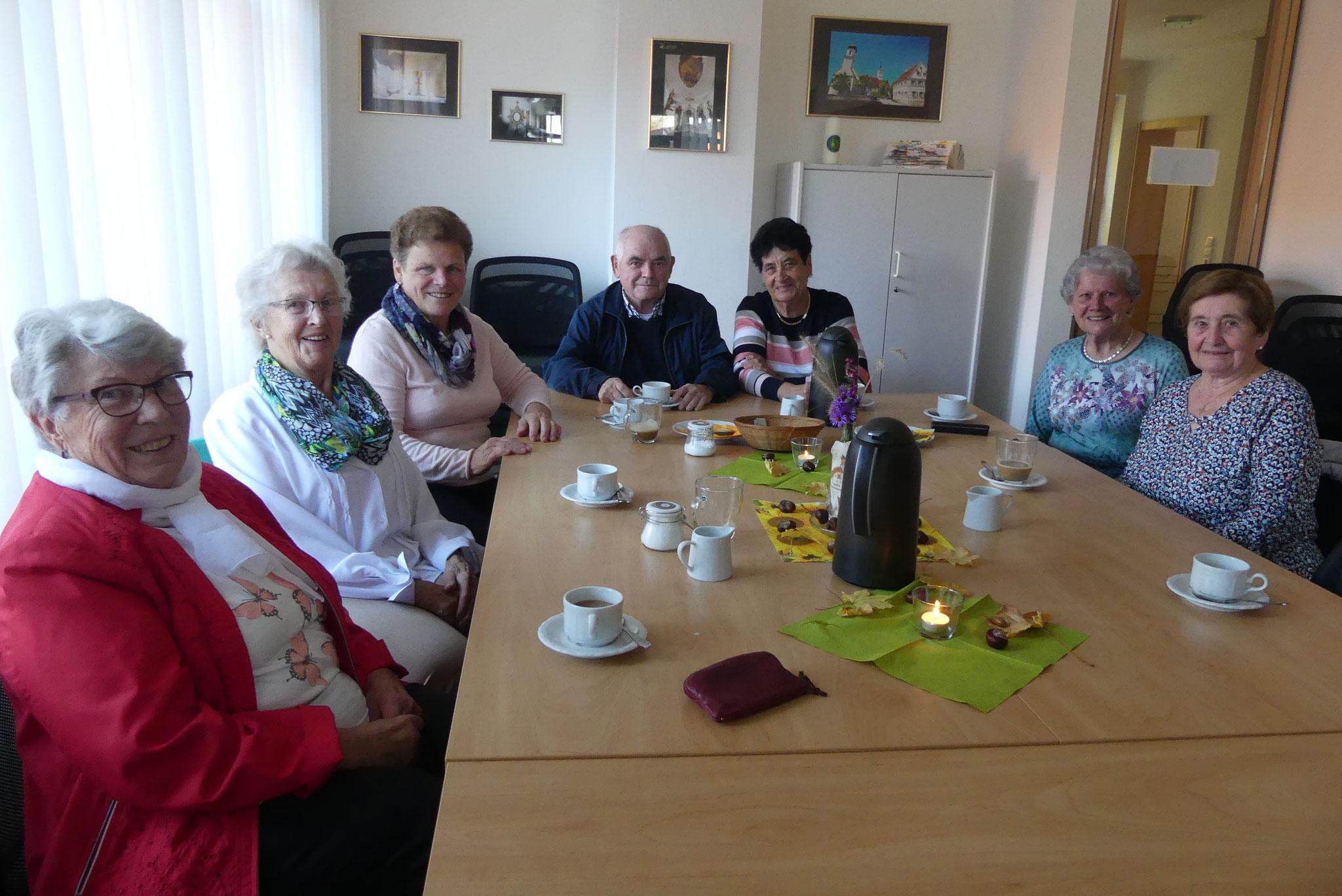 Gut gelaunte Gäste treffen sich monatlich im Ellgauer Kirchencafé