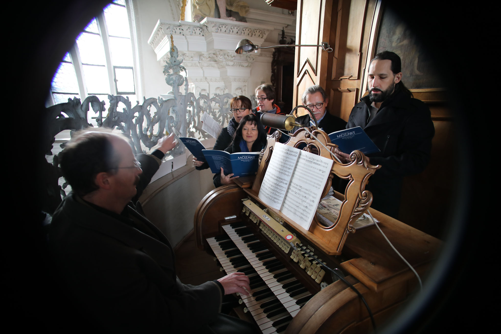 """Die Gruppe """"Cantus Gaudens"""" gestaltete das Hochamt am 1. Weihnachtsfeiertag in der Klosterkirche Holzen mit der Mozartmesse"""