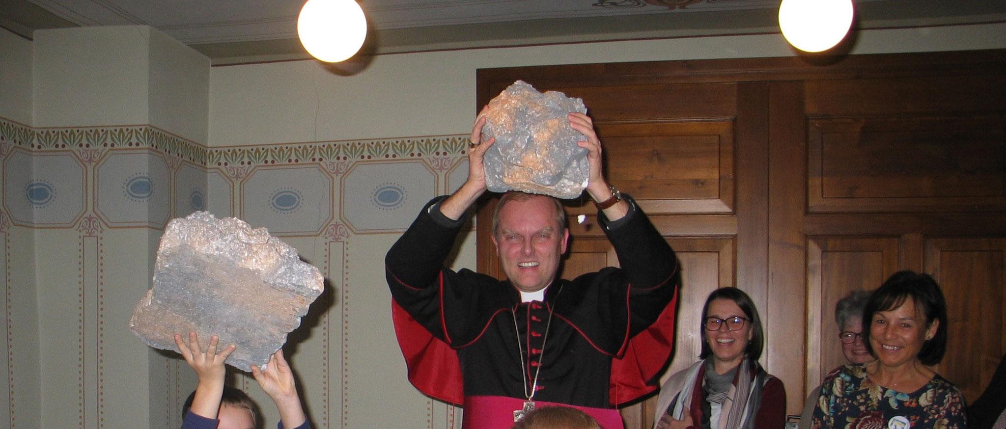 Der Weihbischof besuchte das Kinderbibeltags-Team im Ehinger Pfarrheim und fand Gefallen an den Steinen aus der Jakobsgeschichte