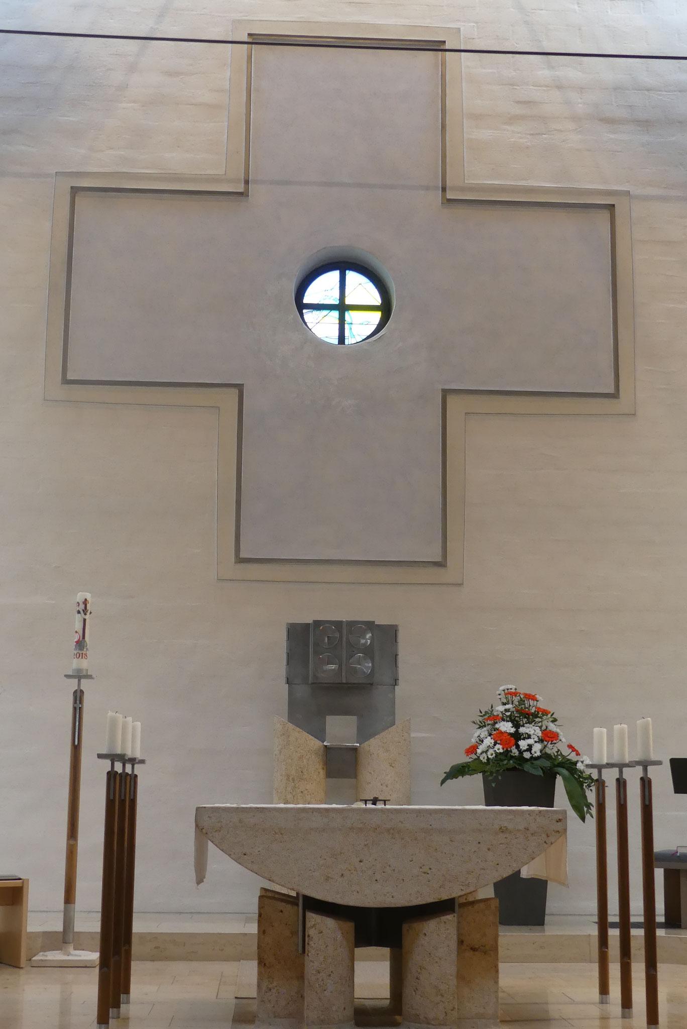Dem Kirchenbesucher fällt beim Betreten des Gotteshauses das große gleichschenkelige Kreuz auf der Westseite der Kirche ins Auge