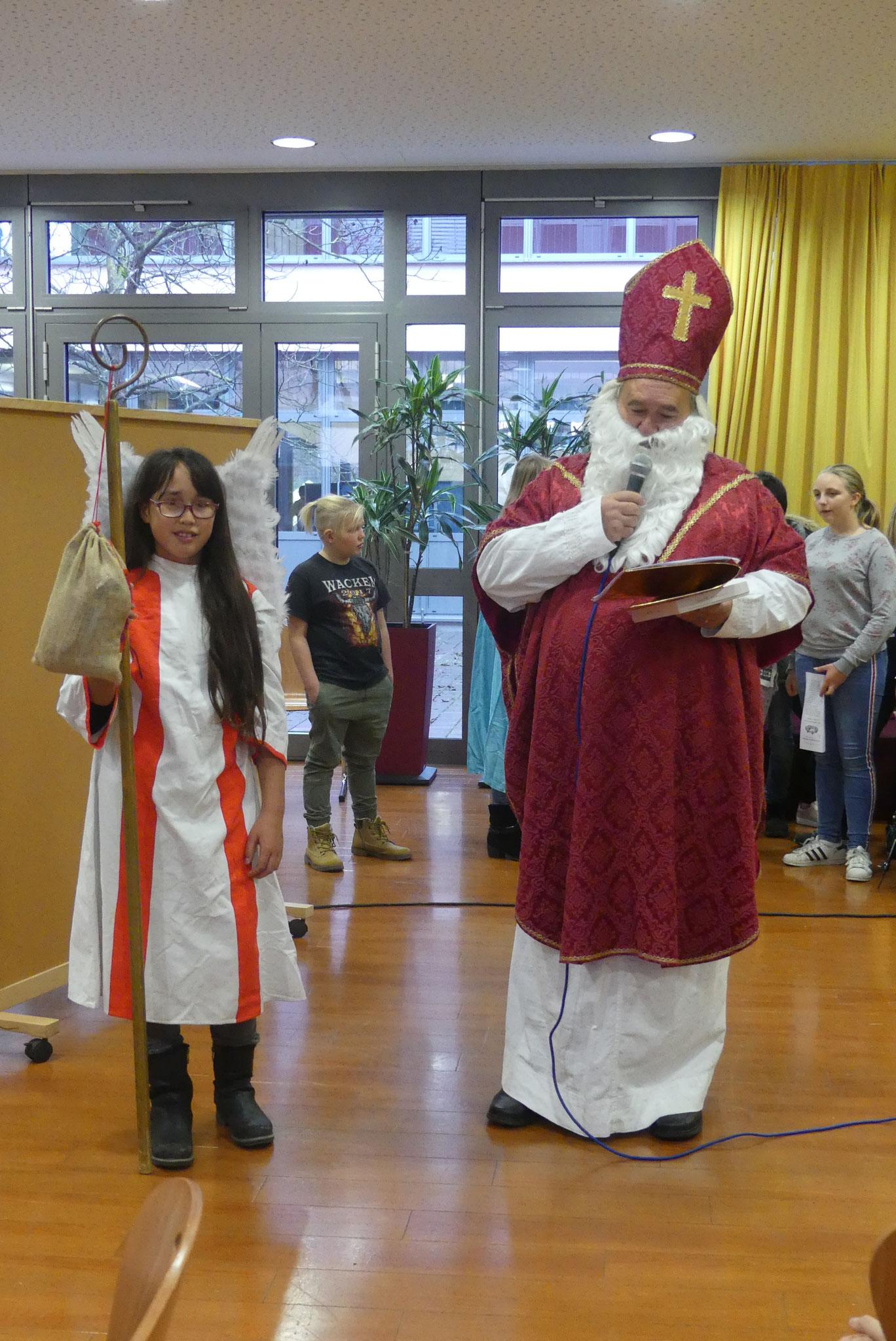 Auch Bischof Nikolaus schaute vorbei, las aus seinem goldenen Buch und hatte für jeden eine Kleinigkeit mitgebracht