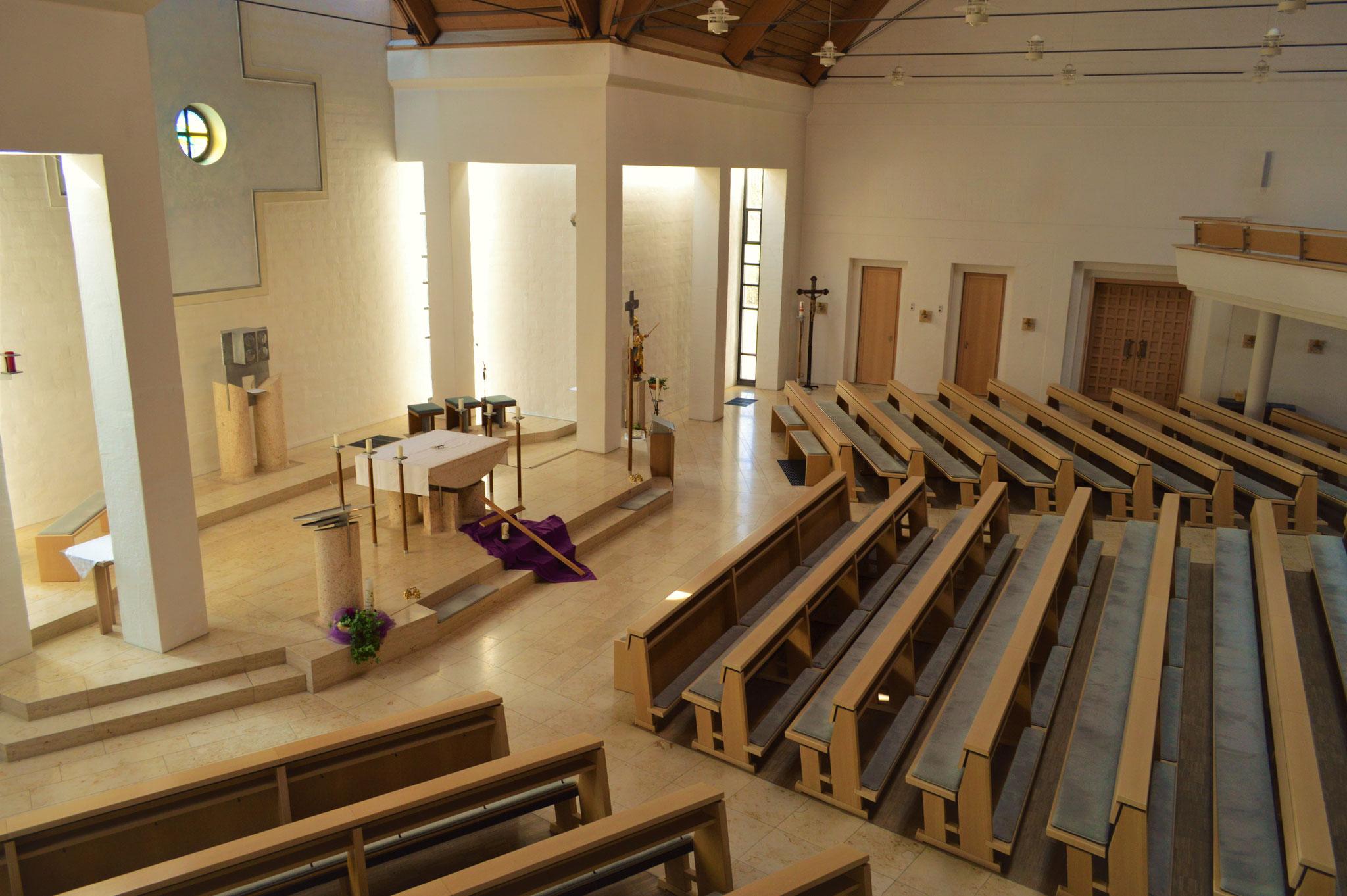 Altarraum und Schiffe des Neubaus