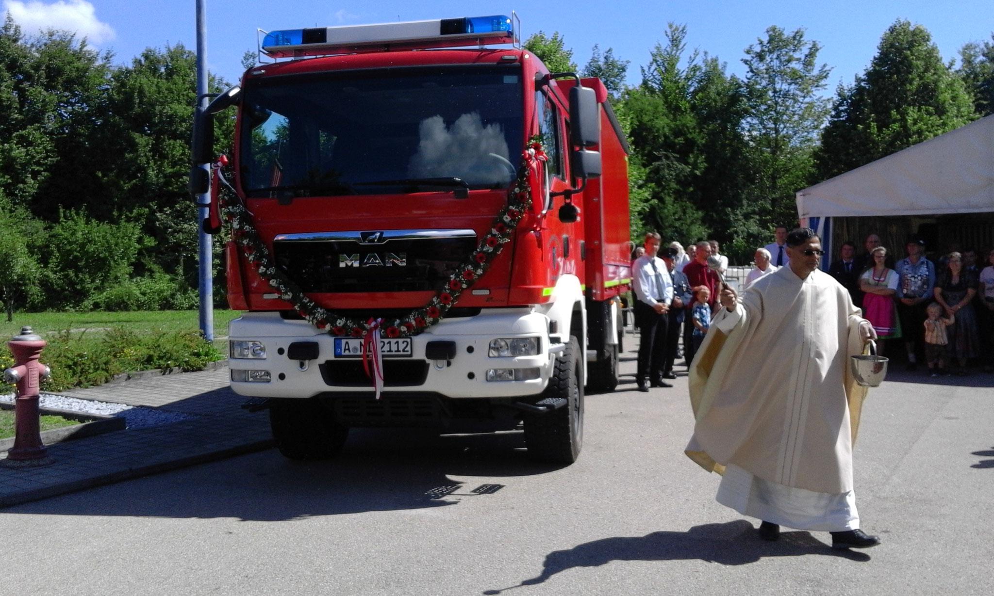 Pater Norman, der Leiter der Pfarreiengemeinschaft Nordendorf, segnete am Ende des Festgottesdienstes die beiden neuen Fahrzeuge der Freiwilligen Feuerwehr Nordendorf.