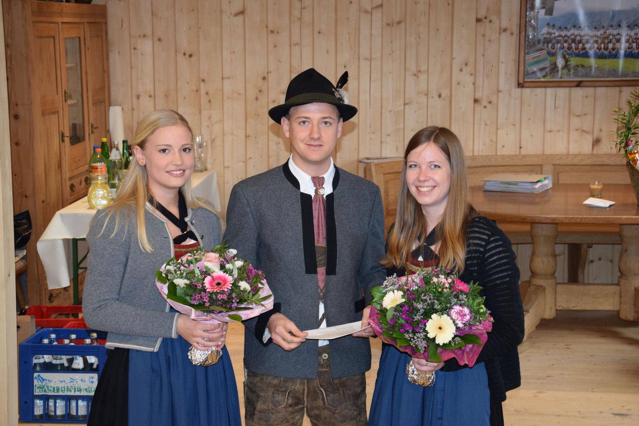 Obmann Andreas Schörghofer bedankt sich bei Anna-Lena und Daniela für Ihre Arbeit im Ausschuss.
