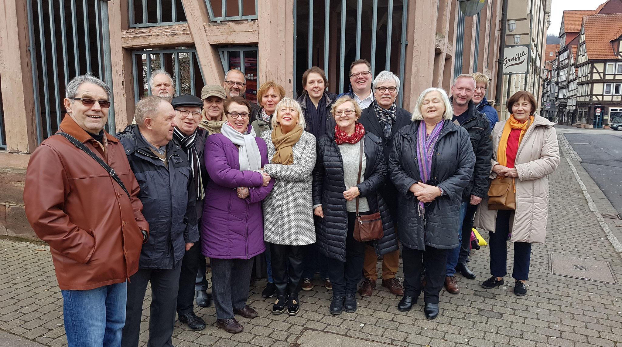 Polnische und Mündener Künstler bei der Verabschiedung vor dem Geschwister-Scholl-Haus
