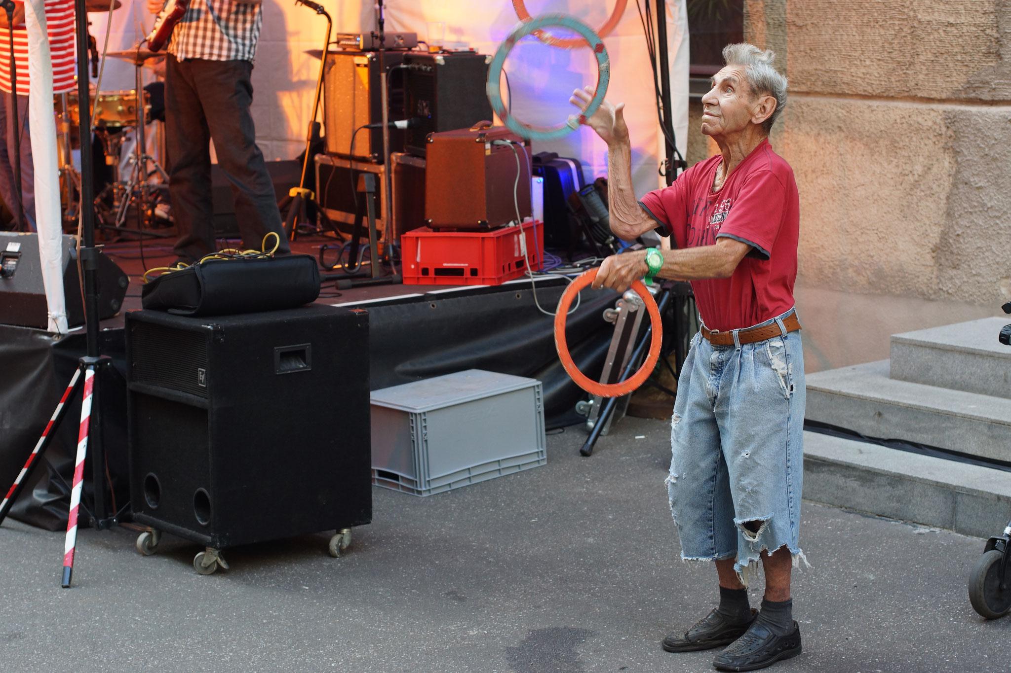 Konzerte im Bürgerhof 08.07.16 Der Jongleur ...seit vielen Jahren - Freiwilligen-Zentrum Augsburg - Foto: Crayfish
