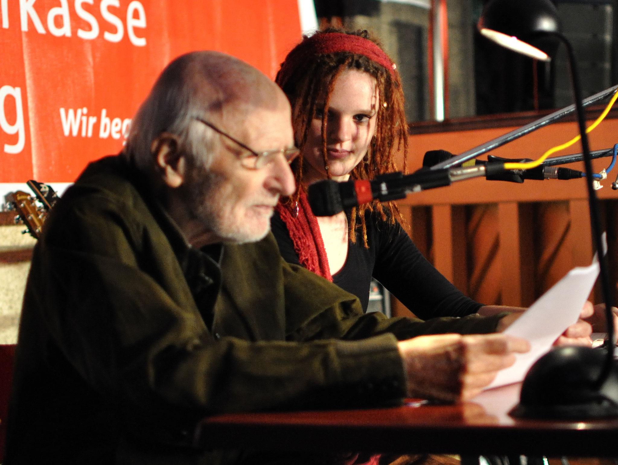 Konzerte im Bürgerhof 14.07.11 Friedrich Jacobs (90 Jahre) und Sophie Putz (16 Jahre) - Freiwilligen-Zentrum Augsburg - Foto: Martin Schönberger