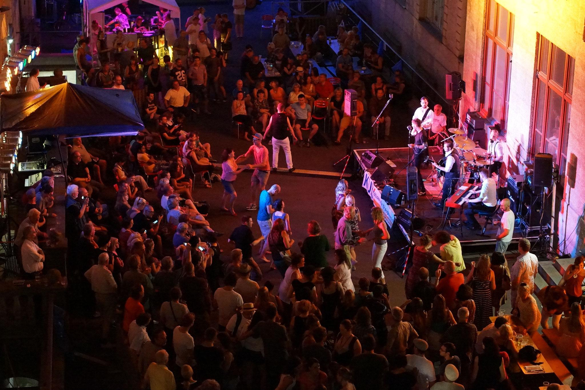 Konzerte im Bürgerhof 02.07.15 The Kickstarters - Freiwilligen-Zentrum Augsburg - Foto: Crayfish