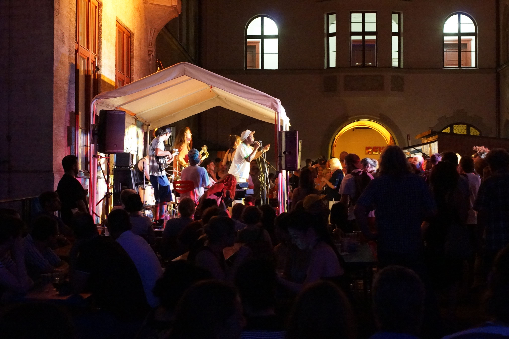 Konzerte im Bürgerhof 04.07.15 Steve Alaboh - Freiwilligen-Zentrum Augsburg - Foto: Crayfish