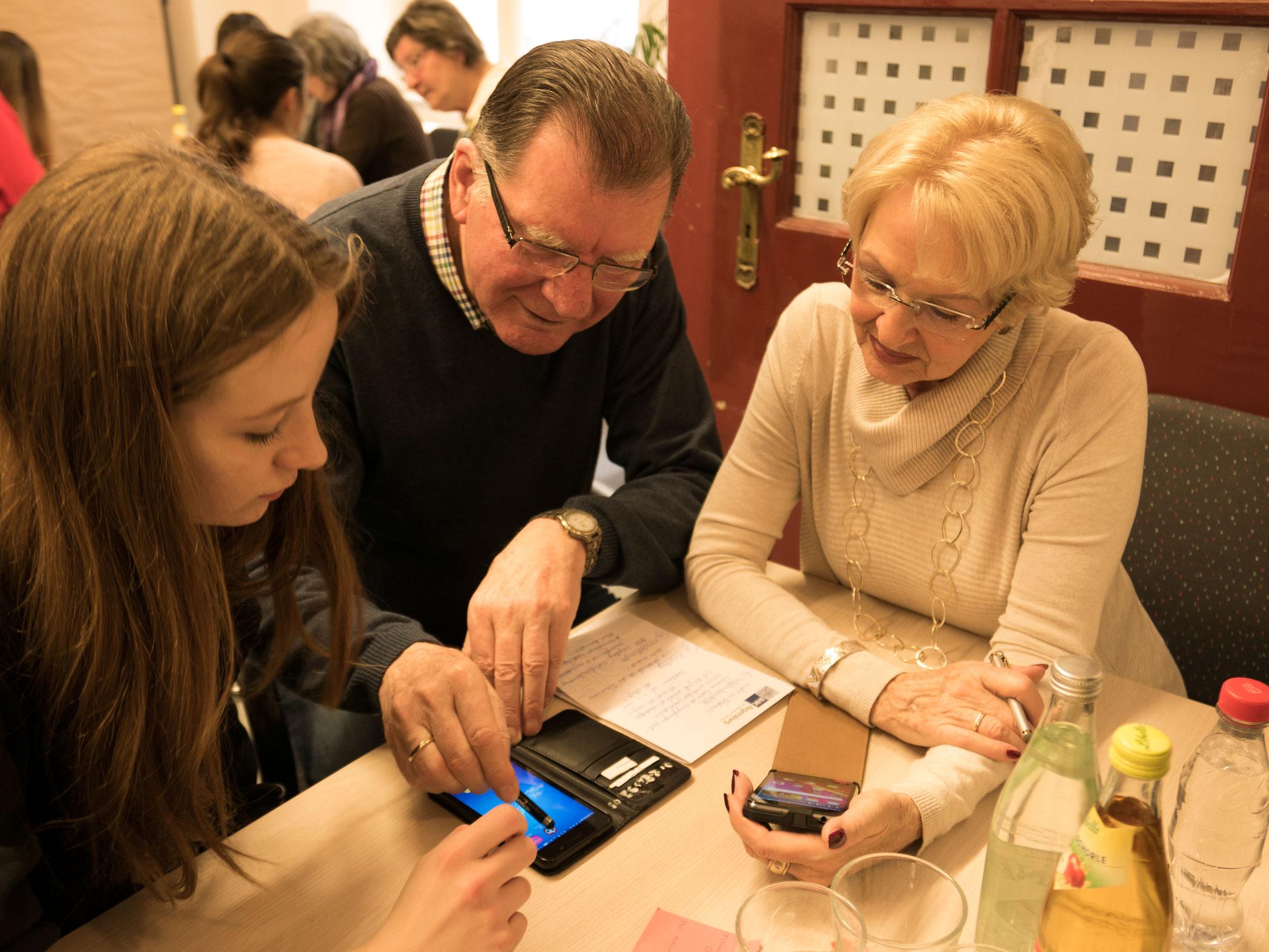 Handy-Kurs - Freiwilligen-Zentrum Augsburg - Foto: Klaus Fischer
