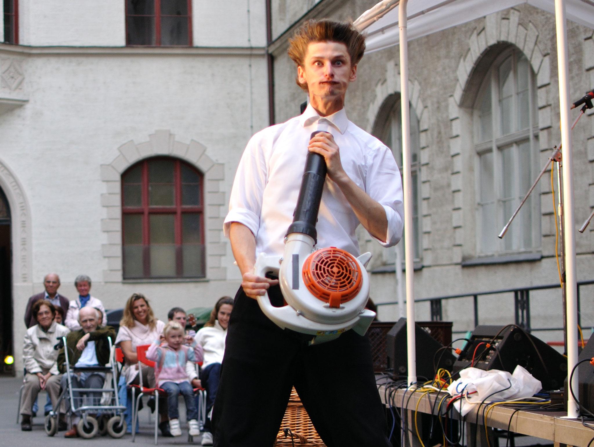 Konzerte im Bürgerhof 14.07.11 Tobi van Deisner - Freiwilligen-Zentrum Augsburg - Foto: Martin Schönberger