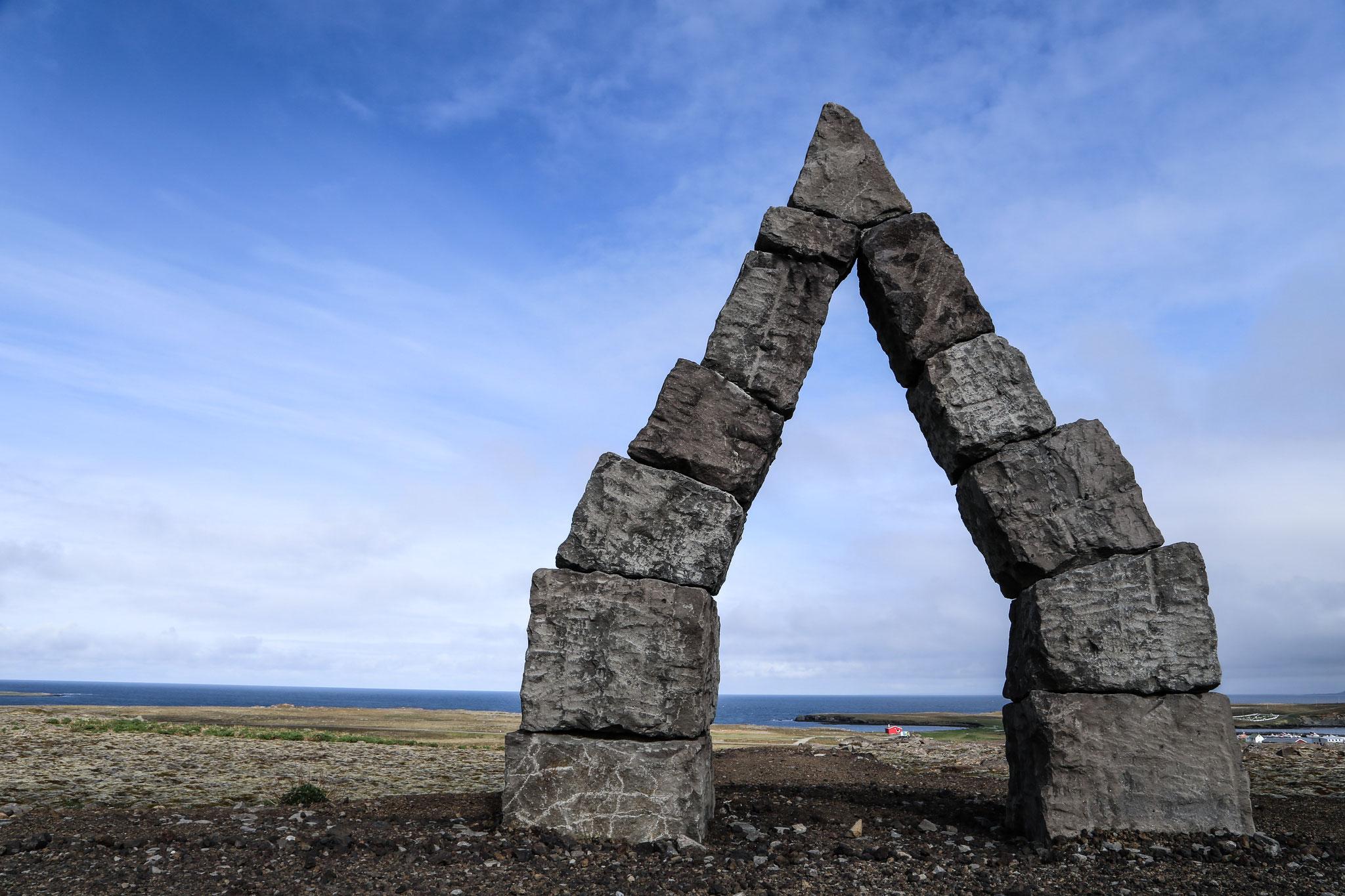 """Erinnert an die Zwerge Austri, Vestri, Nordri und Sudri (im Eddagedicht """"Völuspá""""), die das Himmelsgewölbe hochhalten."""