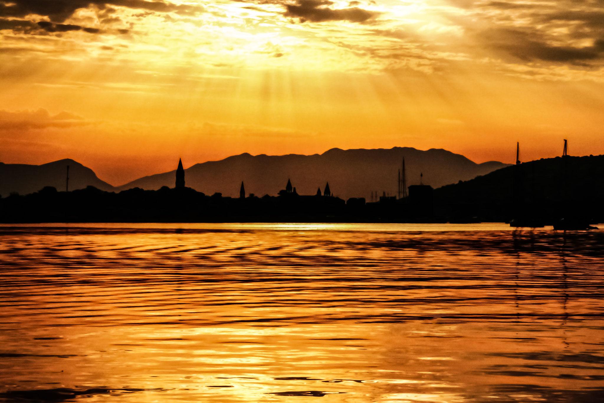 Trogir - Die Sonne ist verdunkelt vom Ascheregen während eines Brandes