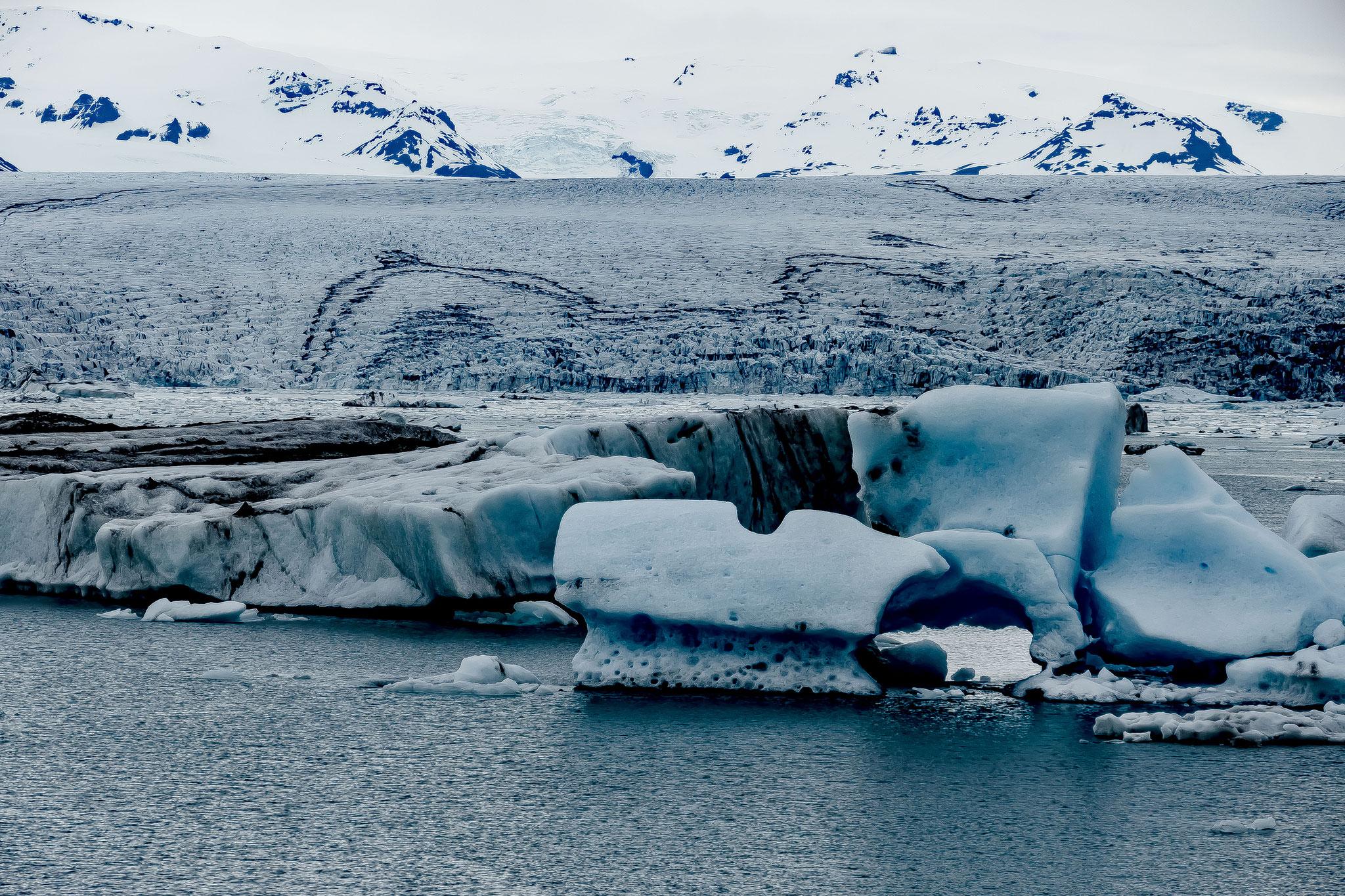 Große Eisblöcke bröckeln vom schrumpfenden Gletscher ab.
