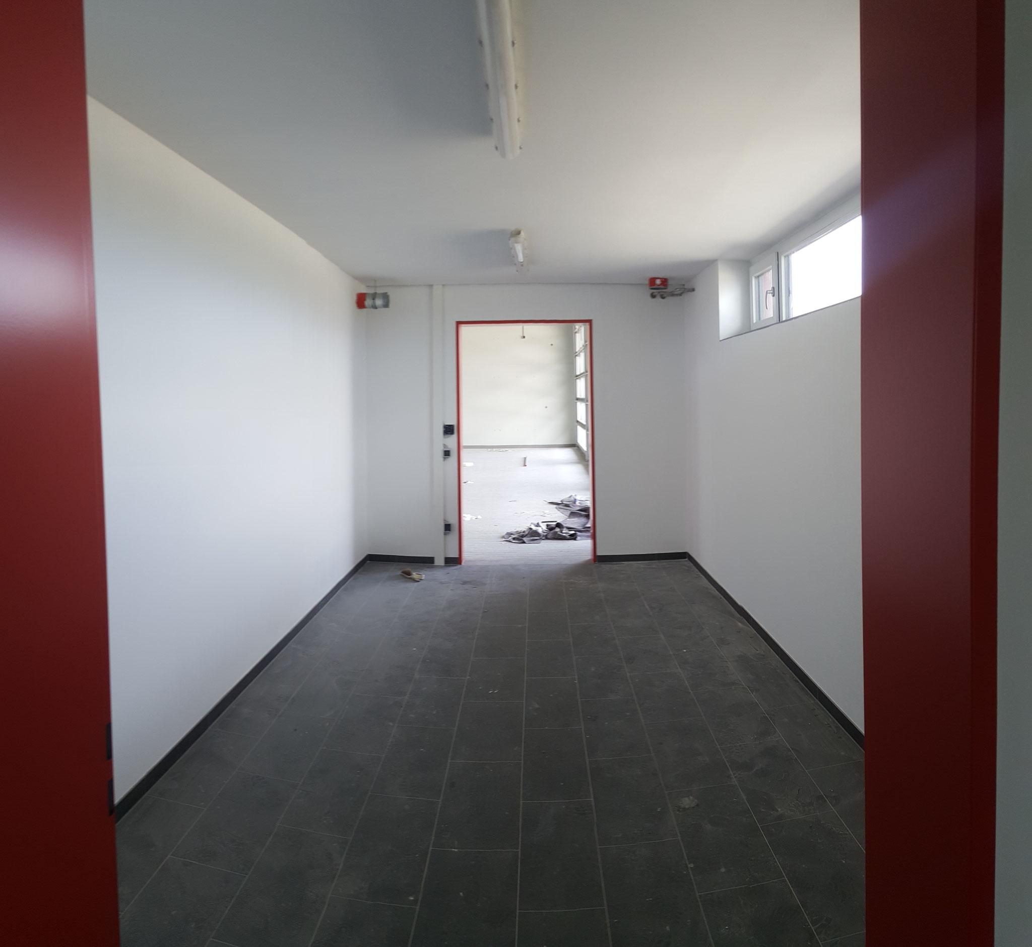 Umkleidekabine 2 mit Blick auf Fahrzeughalle