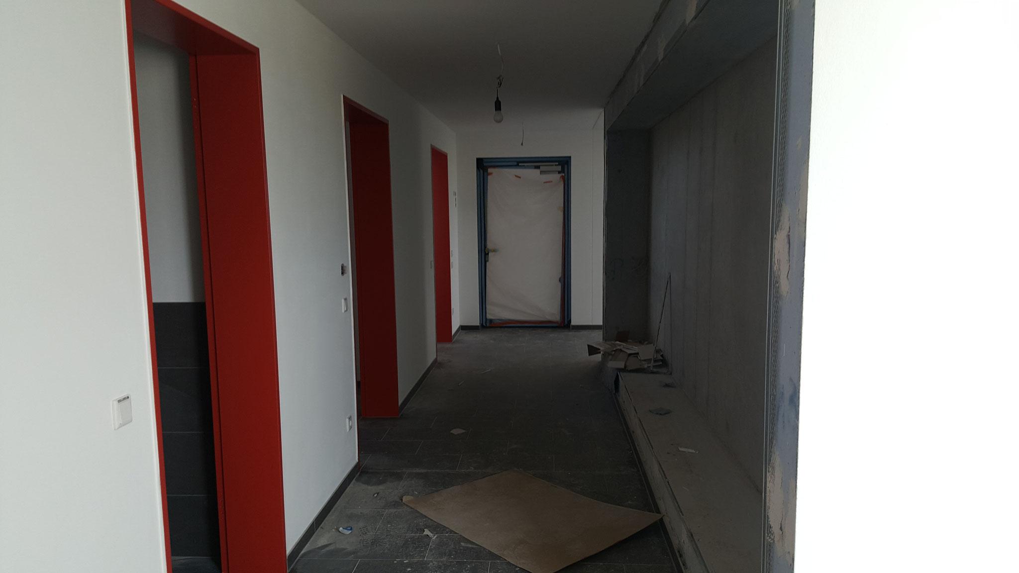 Flur (Links im Bild die Türen zu den Toiltten und Umkleiden)