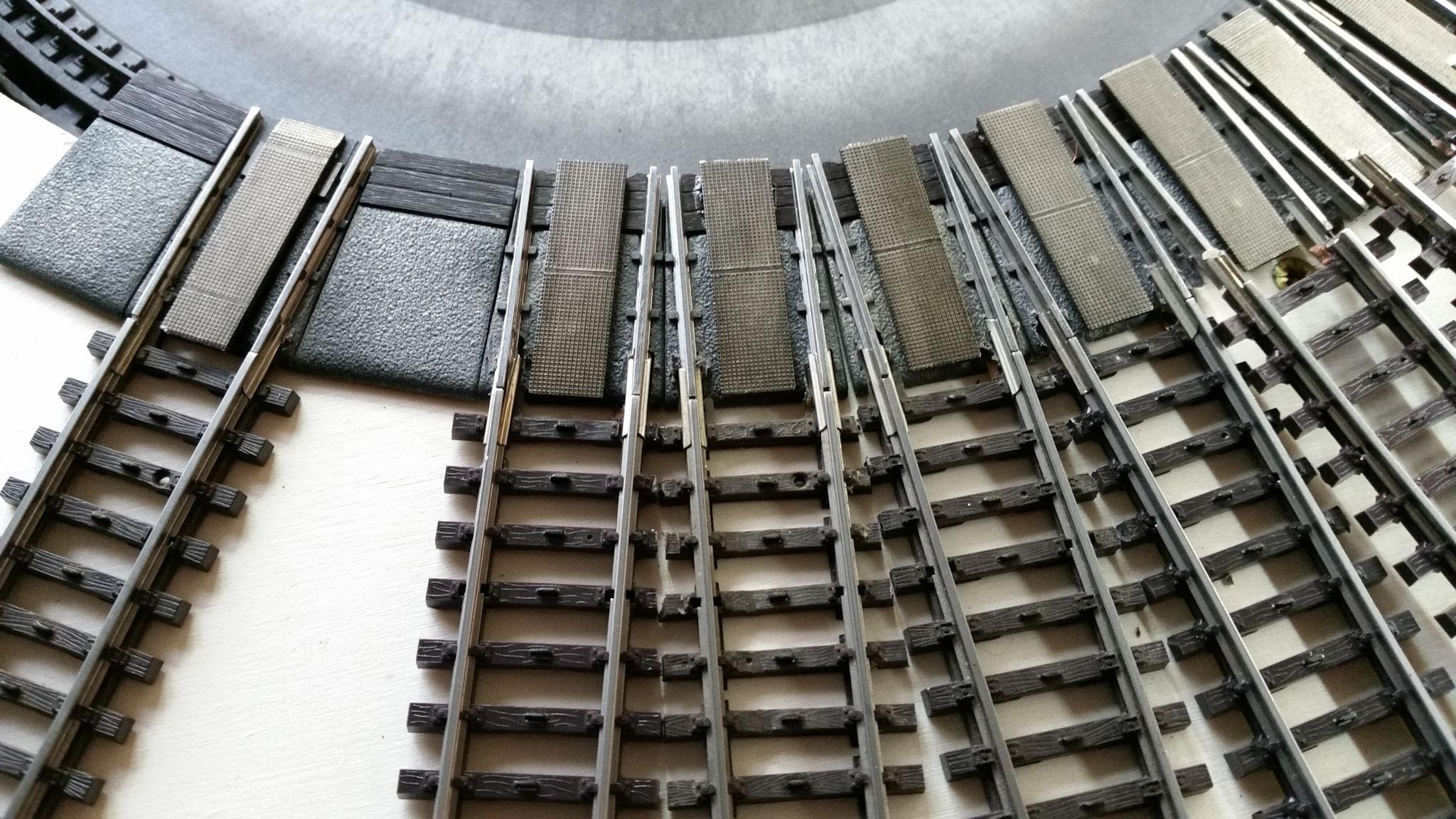 Bei den normalen Gleisen müssen dann die Schwellen etwas abgesägt werden, damit sie nebeneinander passen.