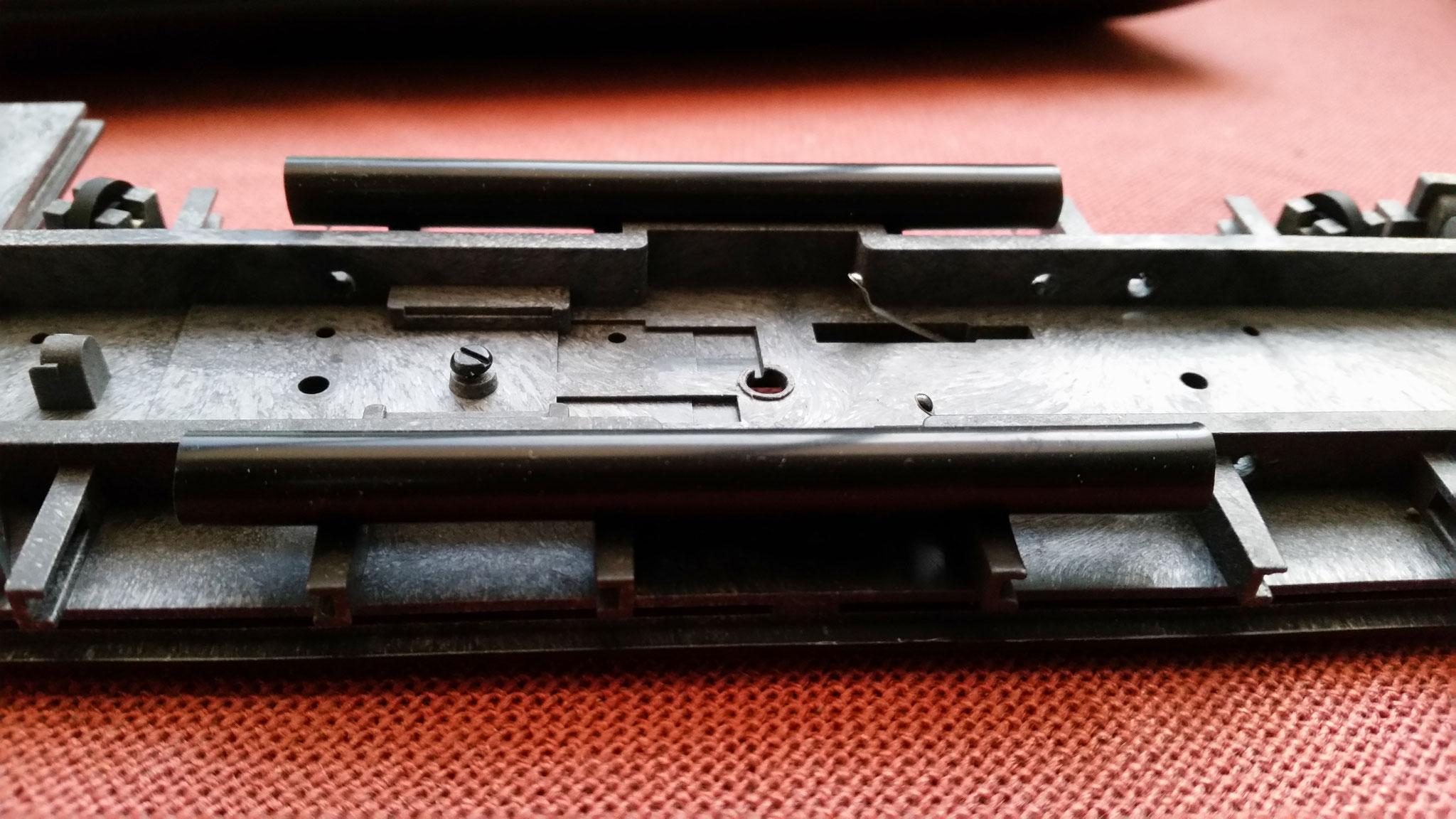 An der Unterseite der Bühne wurden kleine Löcher in die Träger gebohrt und zwei Kabelschächte aus schwarzem Strohhalm angesetzt. Diese dienen später zur einfacheren Verlegung der Kabel.