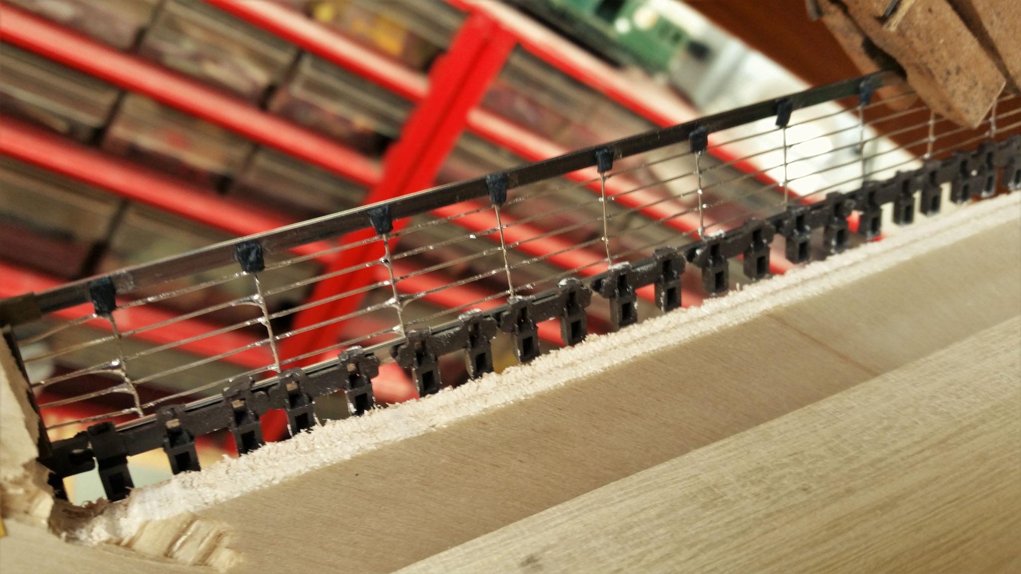 Die Drahtenden der Querträger werden mit Schrumpfschlauch versehen und mit dem Gleis verklebt. Darunter kommt später der dicke Stahlträger.
