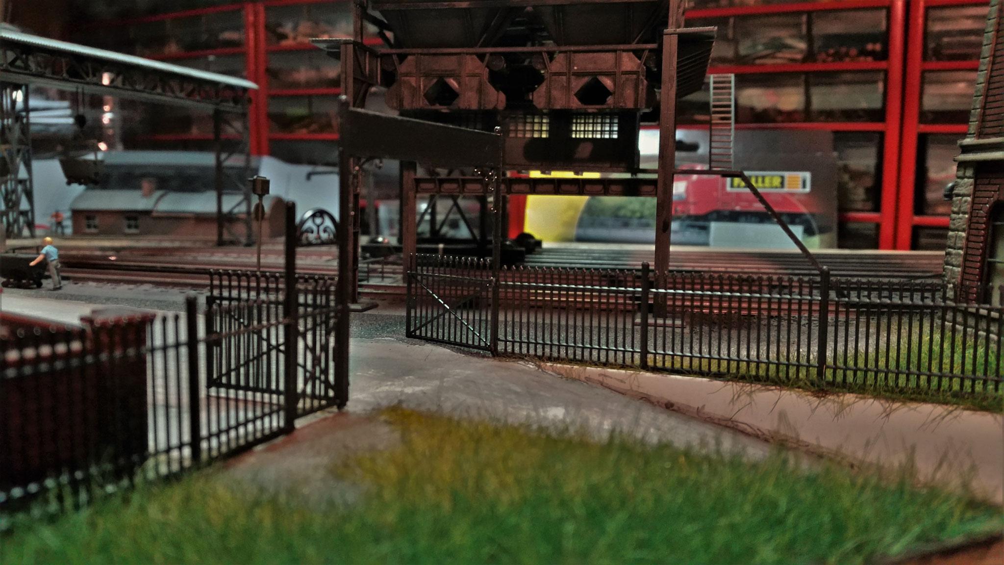 Ein Blick von hinten zum Tor des Betriebsgeländes