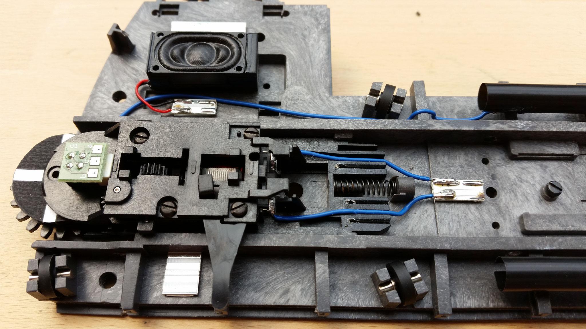 Motorblock eingebaut und an Lötpad angeschlossen