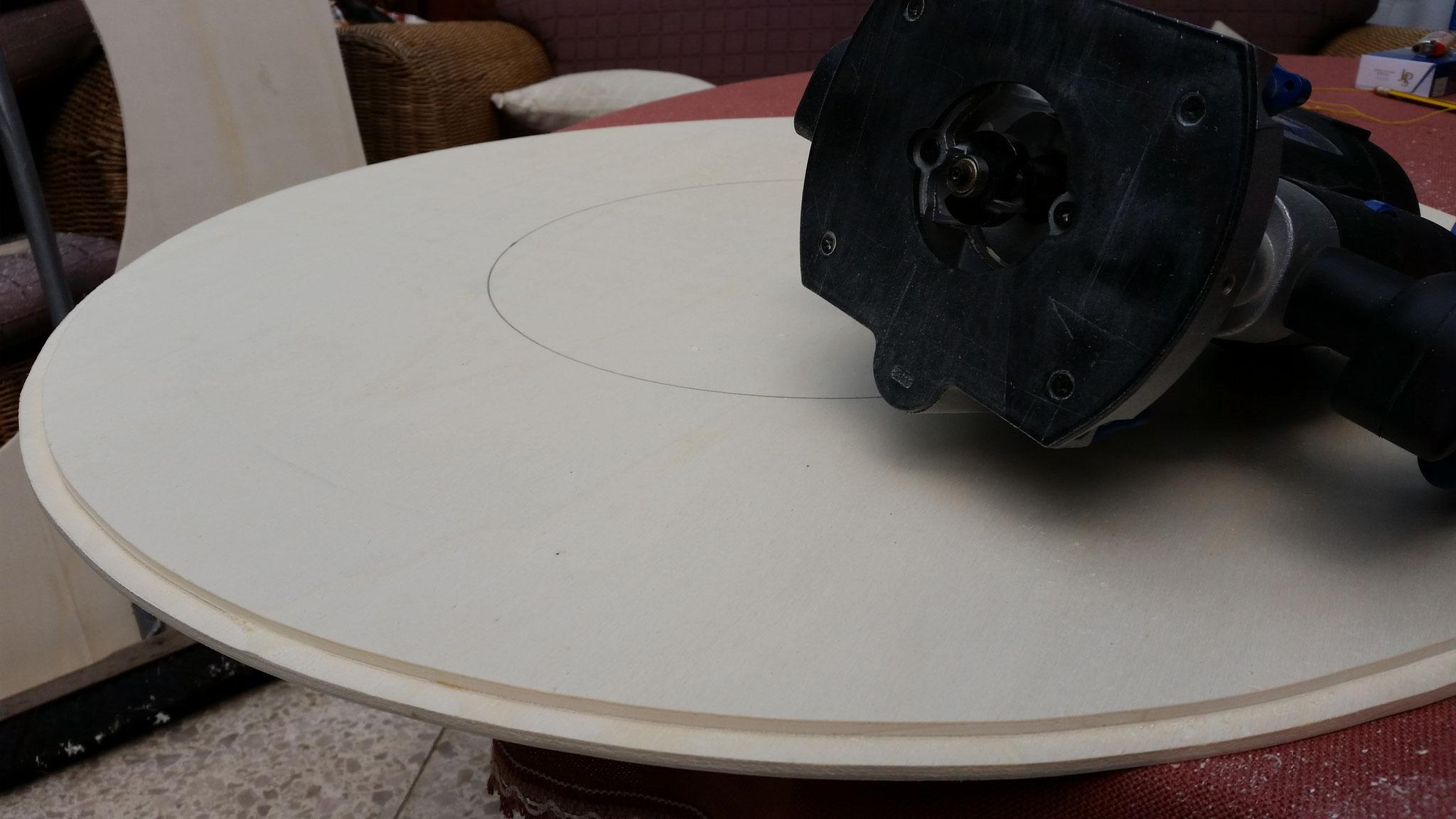Mit einer Oberfräse wurde eine Nut an die Außenkante gefräßt, welche später genau in die Nut des Nachbarsegments passt. So gibt es keine Höhenunterschiede und die Segmente liegen aufeinander