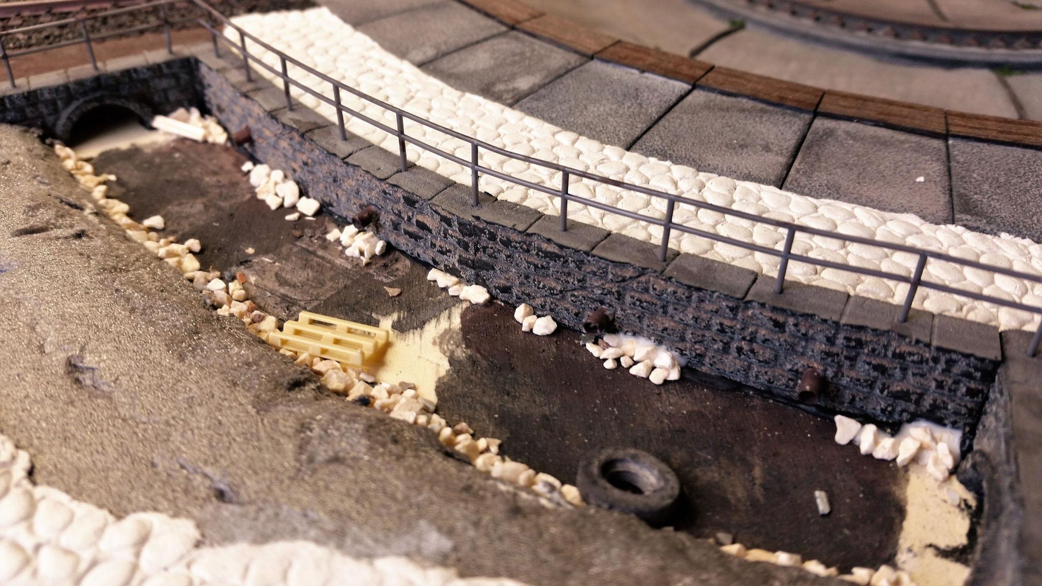 Im vorderen Bereich der Scheibe wurden zwei kleine Abflussgräben eingebaut. Durch die Trittschalldämmung war hier genug Tiefe erreichbar...