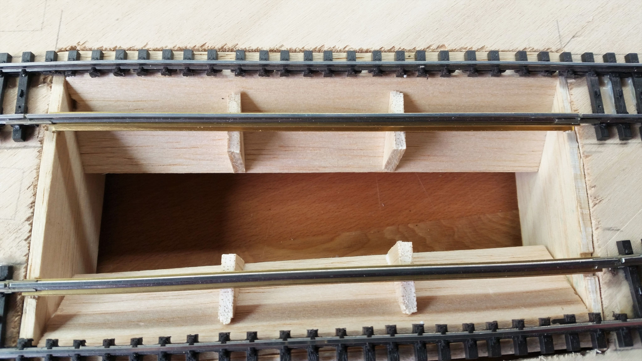 Einbau der Beton und Stahlträger für das Gleis
