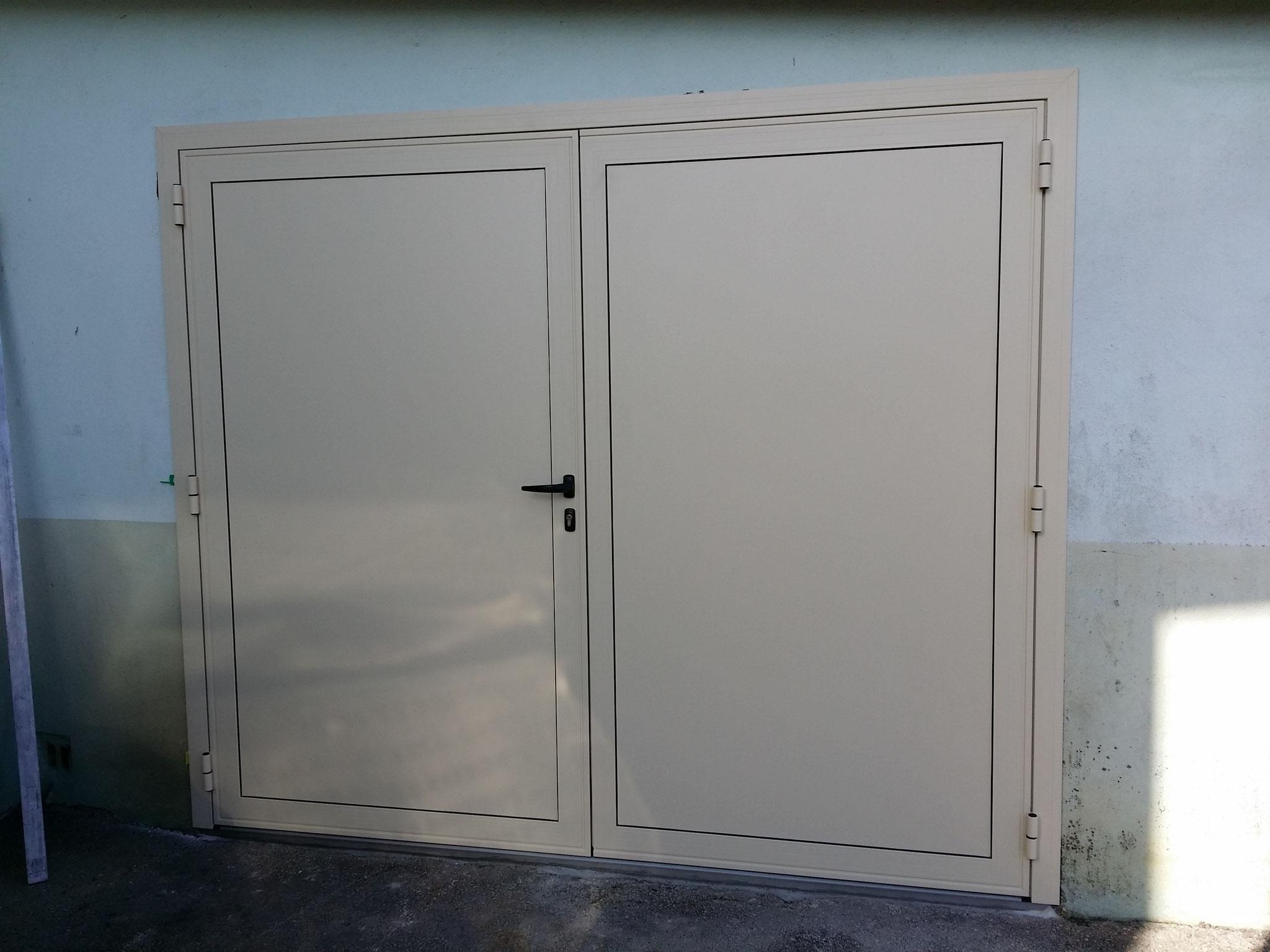 Porte de garage à 2 vantaux vue extérieur