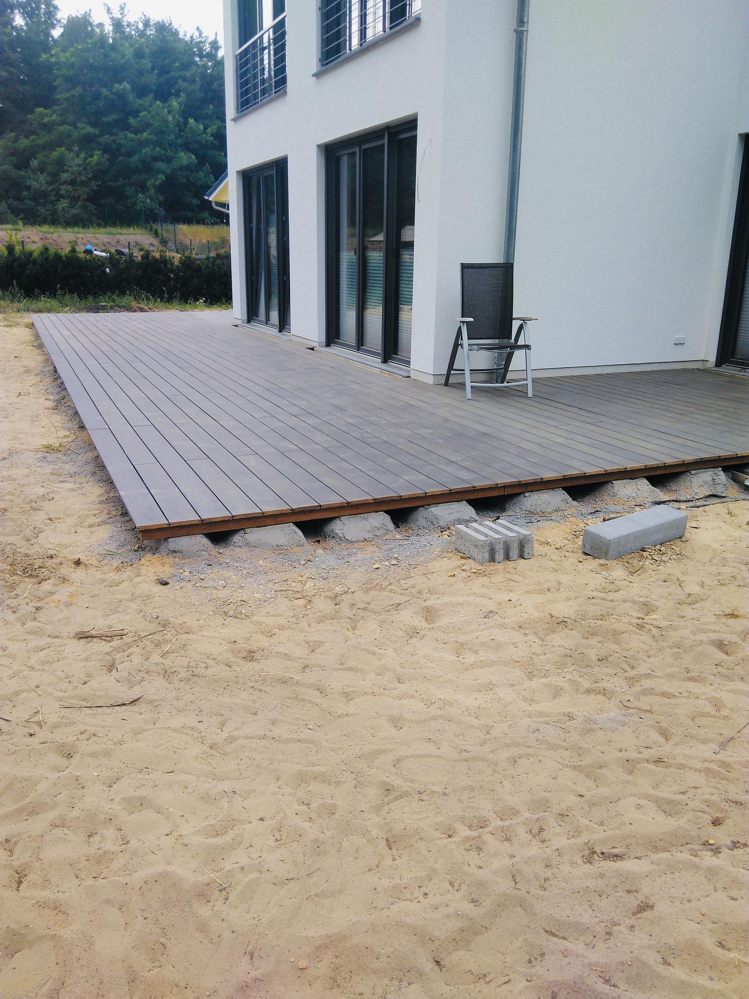 Bambusholzterrasse während der Bauphase