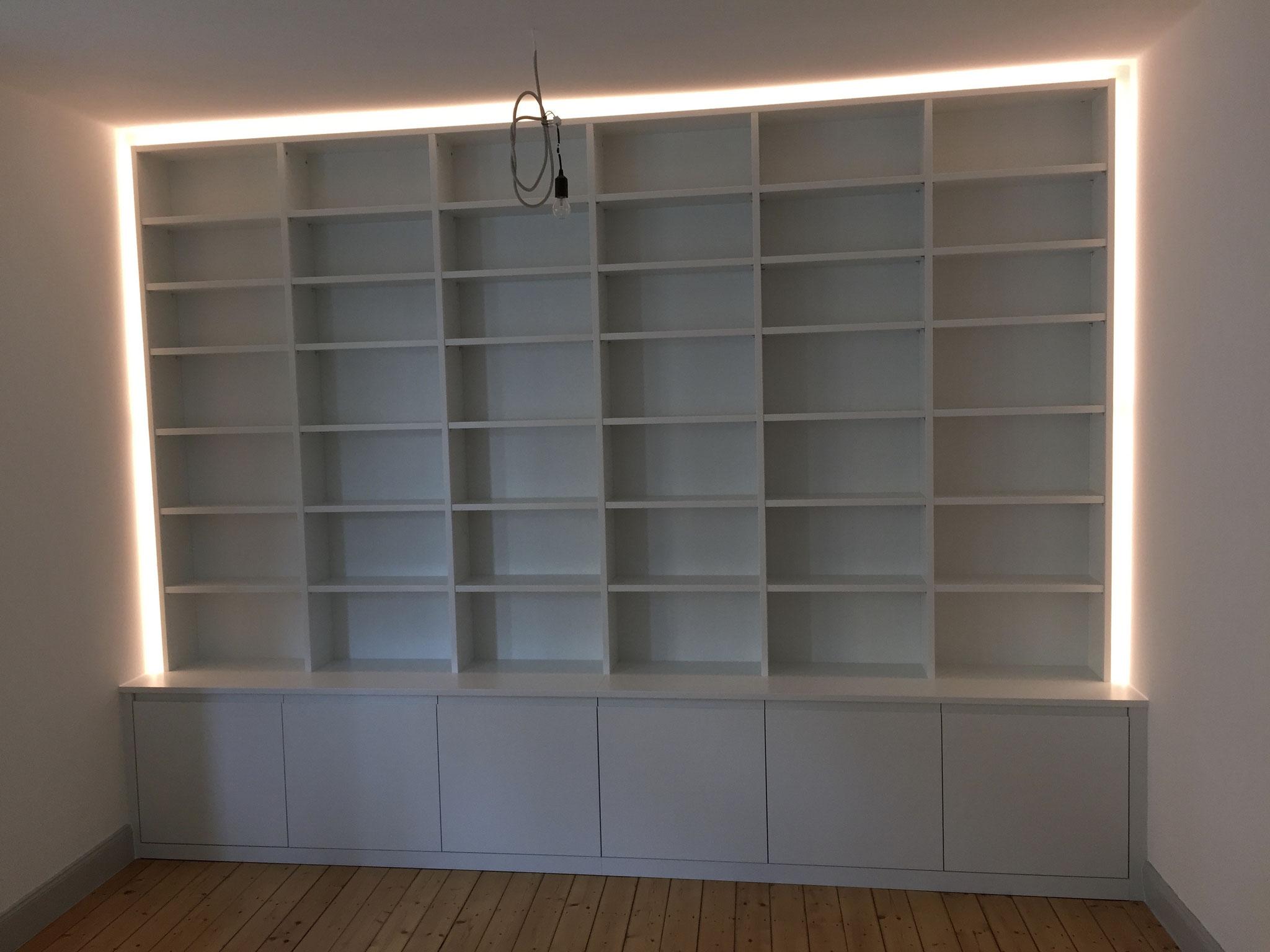 Großes Bücherregal, hinterleuchtet