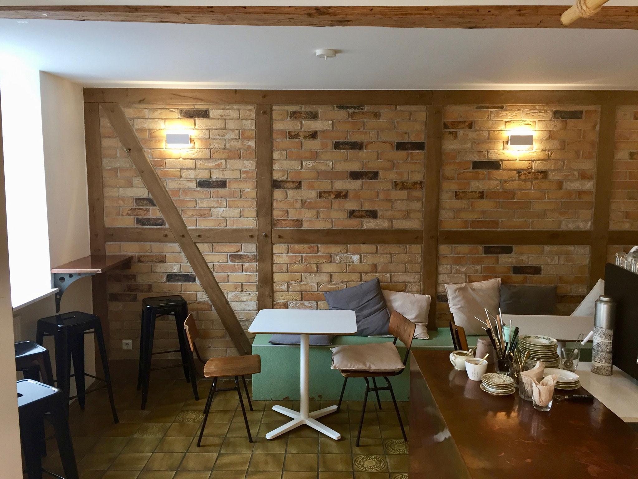 Wandverkleidung eines Cafes, Fachwerk in geräucherter Eiche