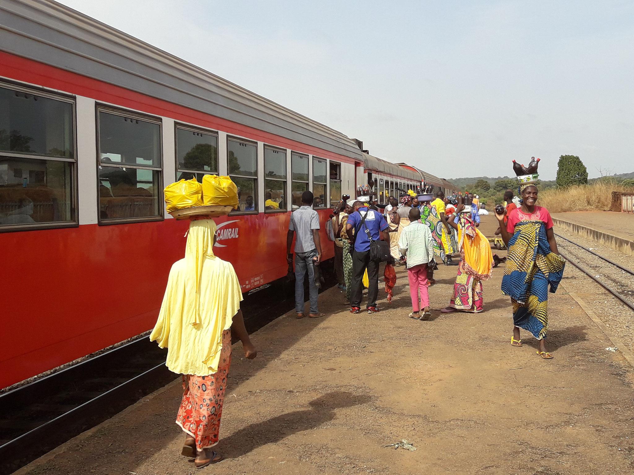 Vendedoras al paso del tren