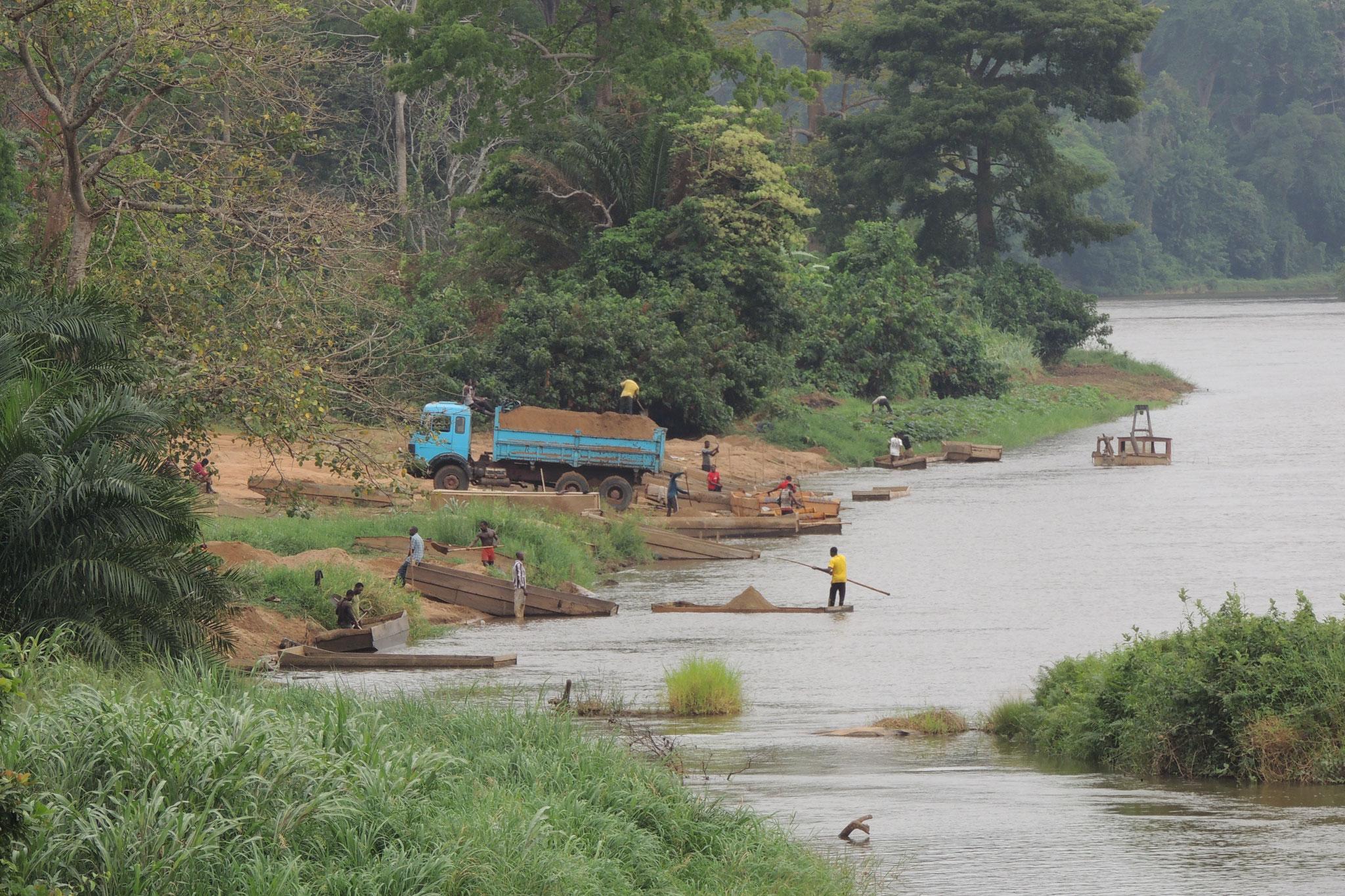 Sacando arena del rio Sanaga