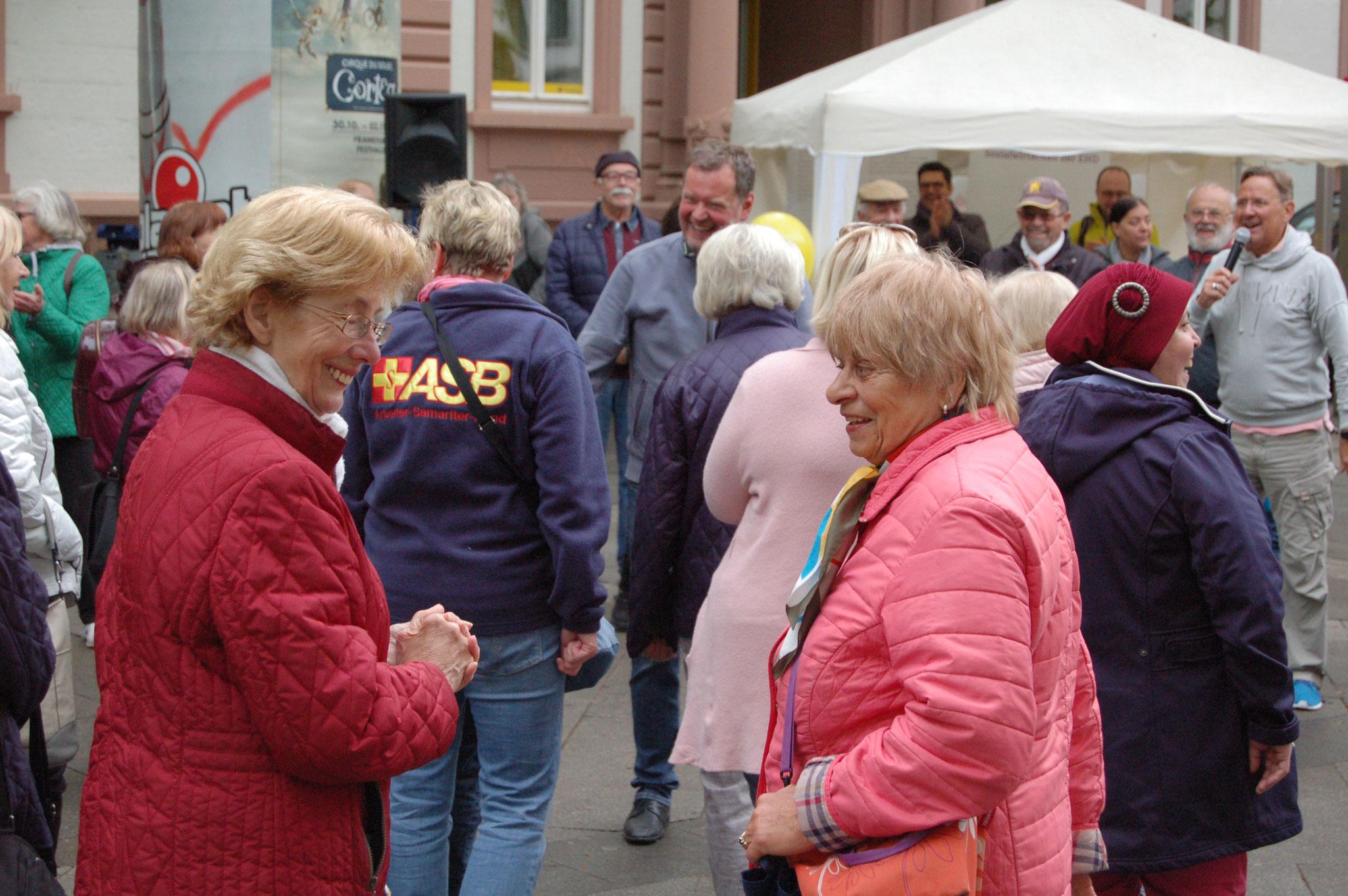 Beim Senioren-Flashmob, im Rahmen des IZGS-Projekets GESCCO, werden neue Netzwerke geknüpft.  | Foto: IZGS