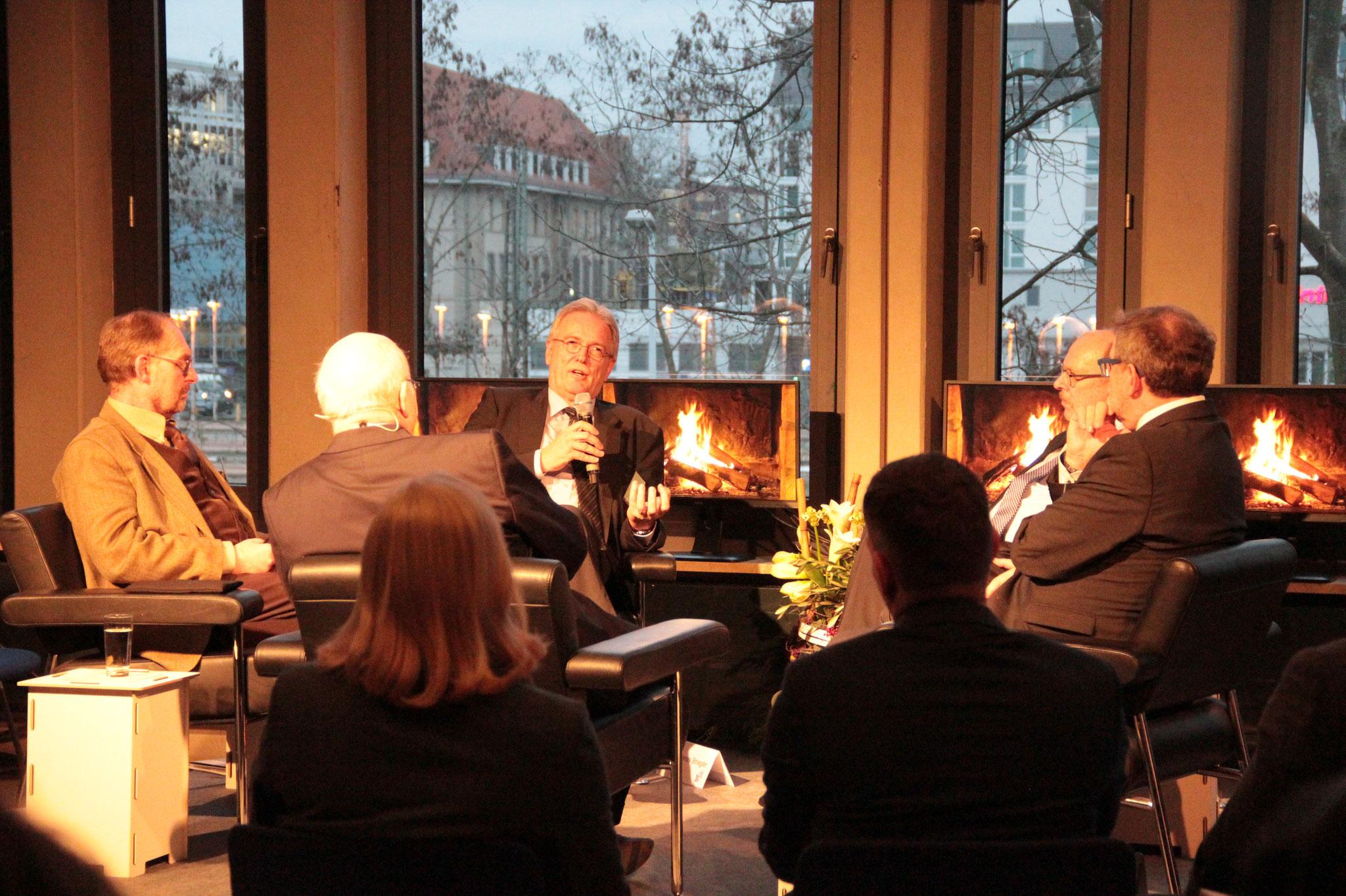 Im Gespräch: Wilfried Knapp (Vorstand Diakonie Hessen), Thomas Striegler (Oberkirchenrat der EKHN), Prof. Dr. Josef Schmid (Universität Tübingen) und Sozialminister Stefan Grüttner. [Social Talk 2015] © Ehrig