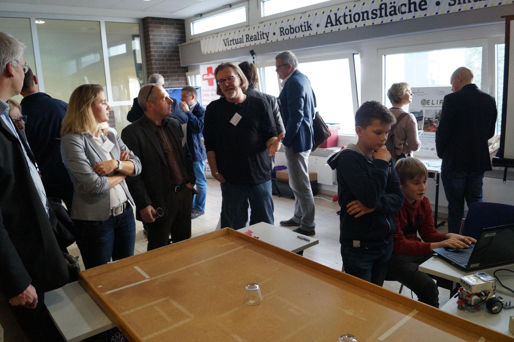 """""""Robotik ist kinderleicht"""" zeigen die Schüler der Roboter AG der Erich-Kästner-Schule (IGS) Darmstadt"""