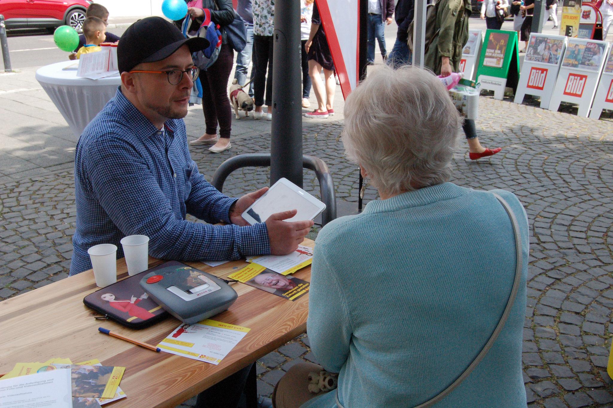 Sebastian Wegner (IZGS) im Interview mit Senioren | © Foto: IZGS der EHD