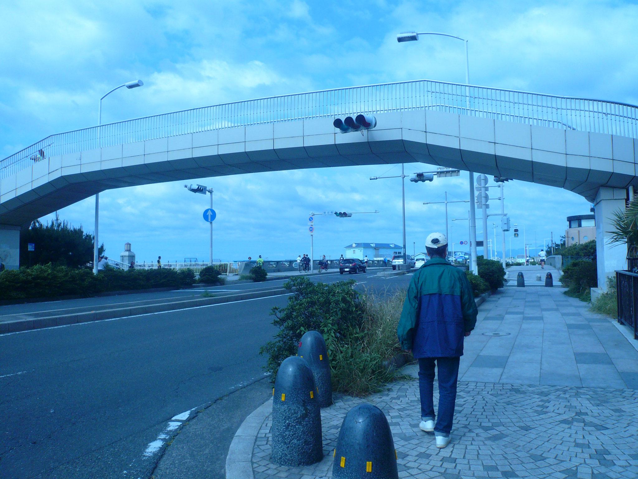 134号海岸通りに出て歩道橋を渡る