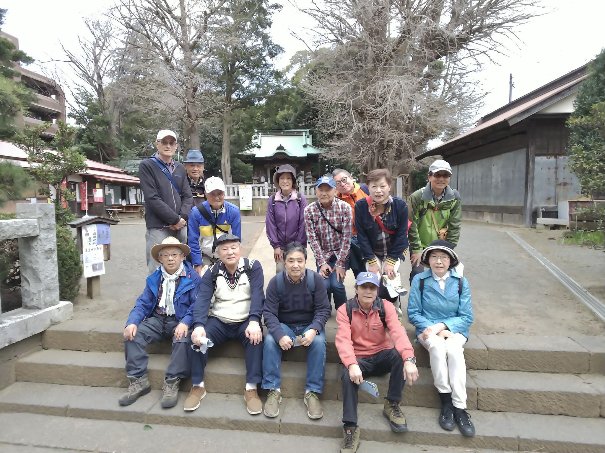 鶴嶺八幡宮の社殿前にて 右後ろに県天然記念物大イチョウ