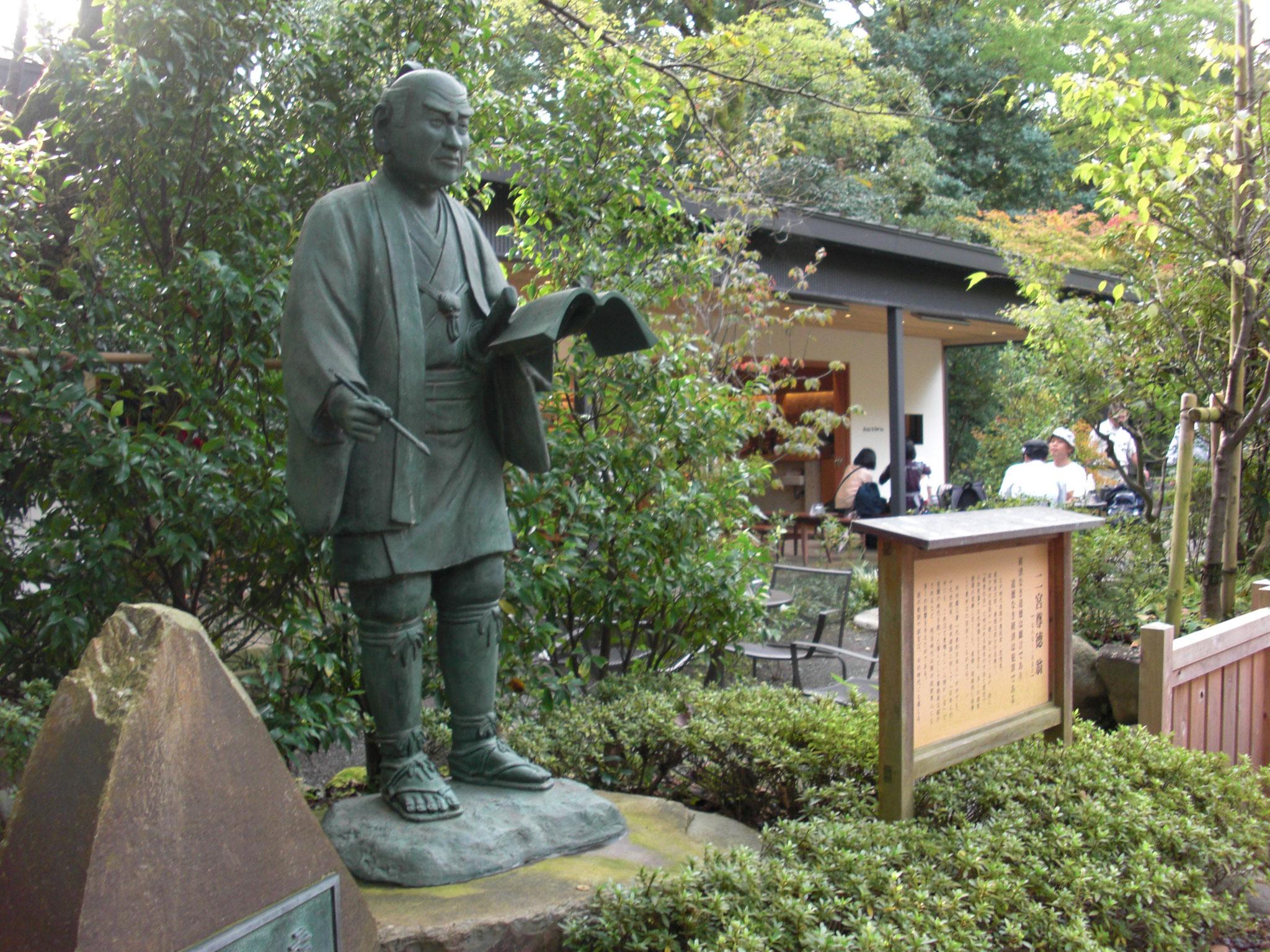 報徳二宮神社の二宮金次郎像